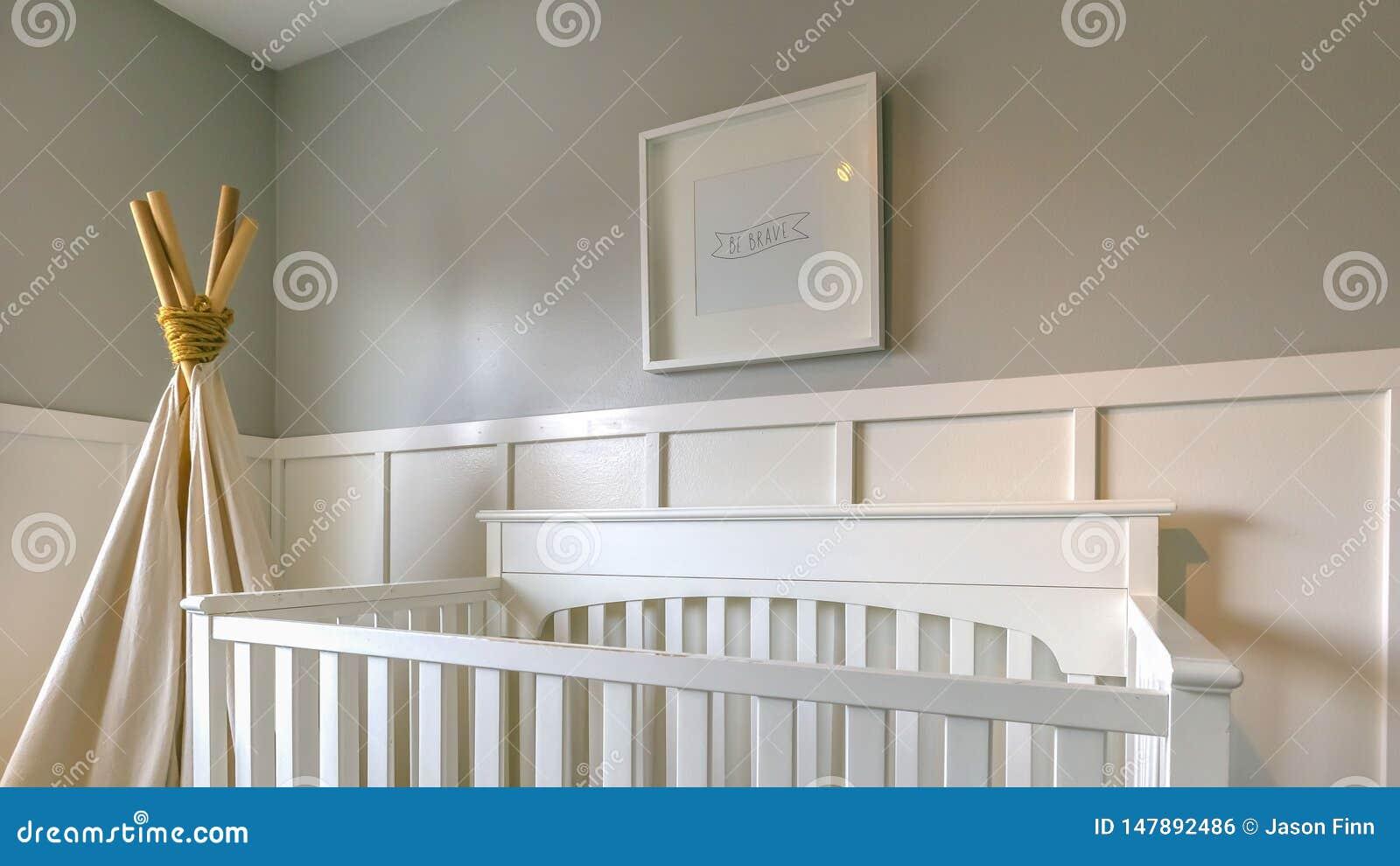 Duidelijk Panoramabinnenland van een ruimte voor kinderen met wit houten voederbak en speltipi