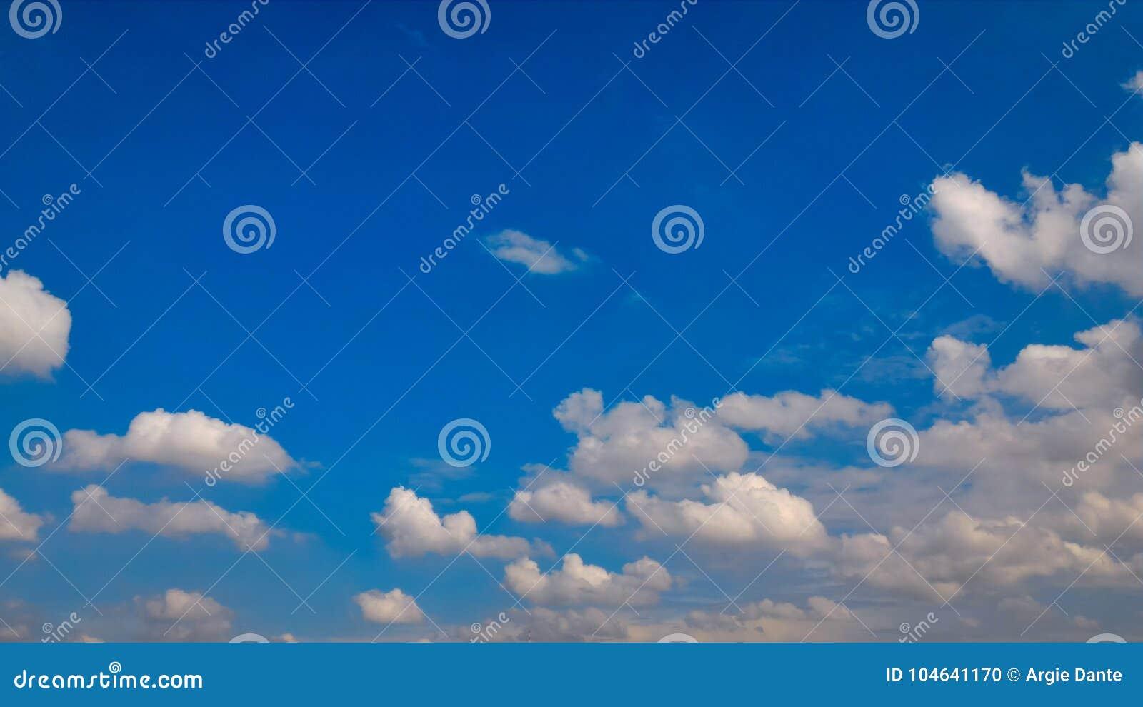 Download Duidelijke Blauwe Hemel Met Wolkenvormingen Stock Foto - Afbeelding bestaande uit hemel, nave: 104641170