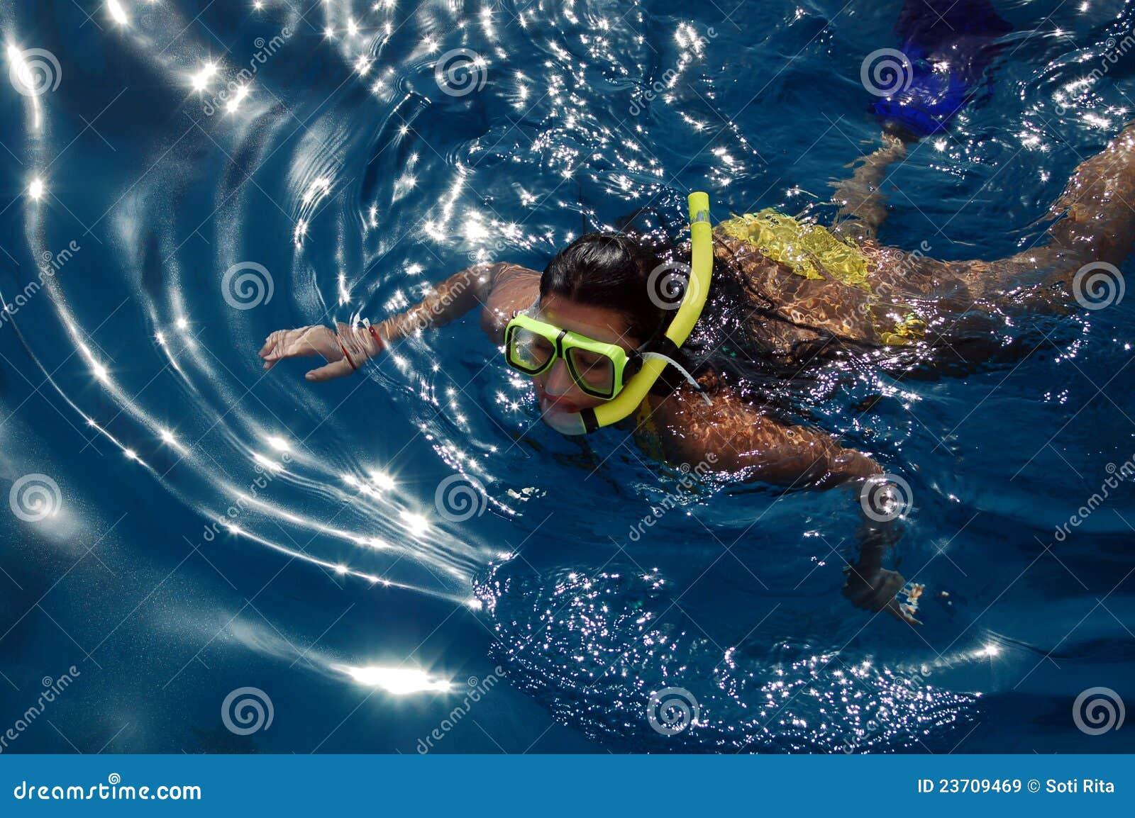 Duikend meisje in het overzees