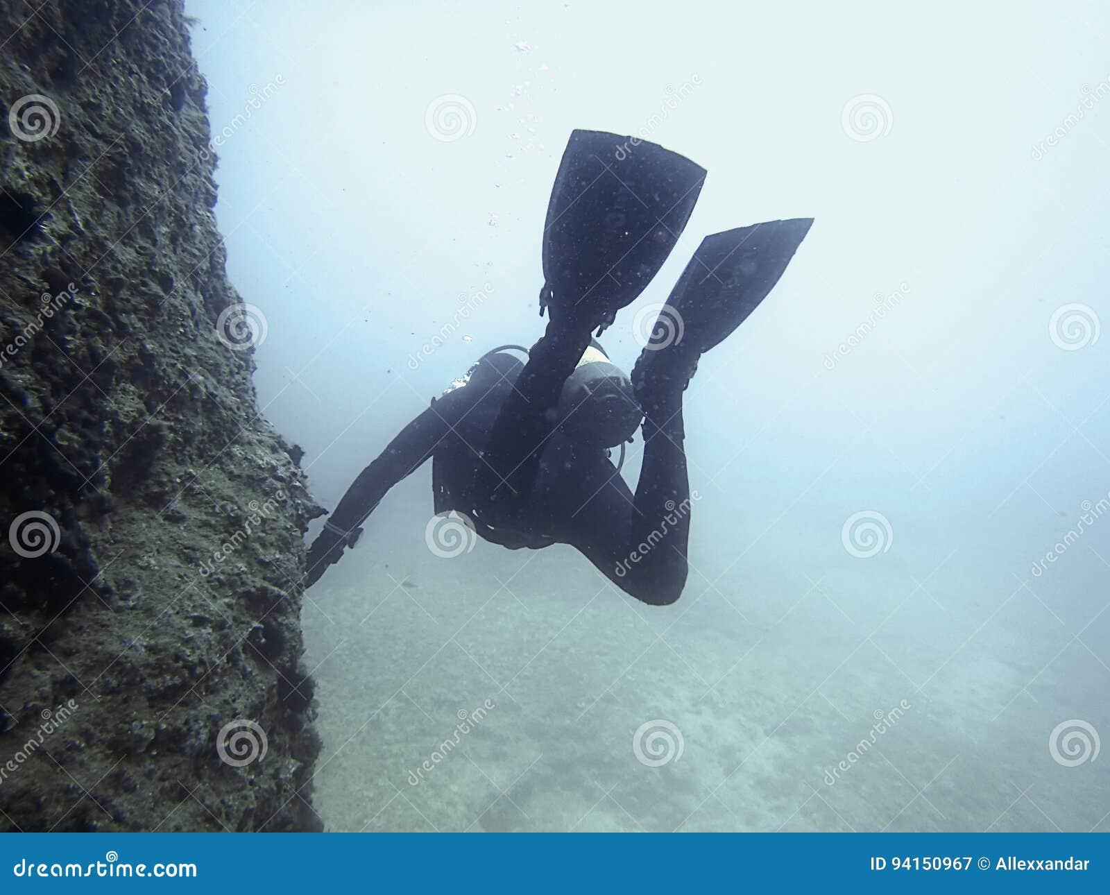 Duiker Onderwater onderwater De scuba-uitrusting duikt