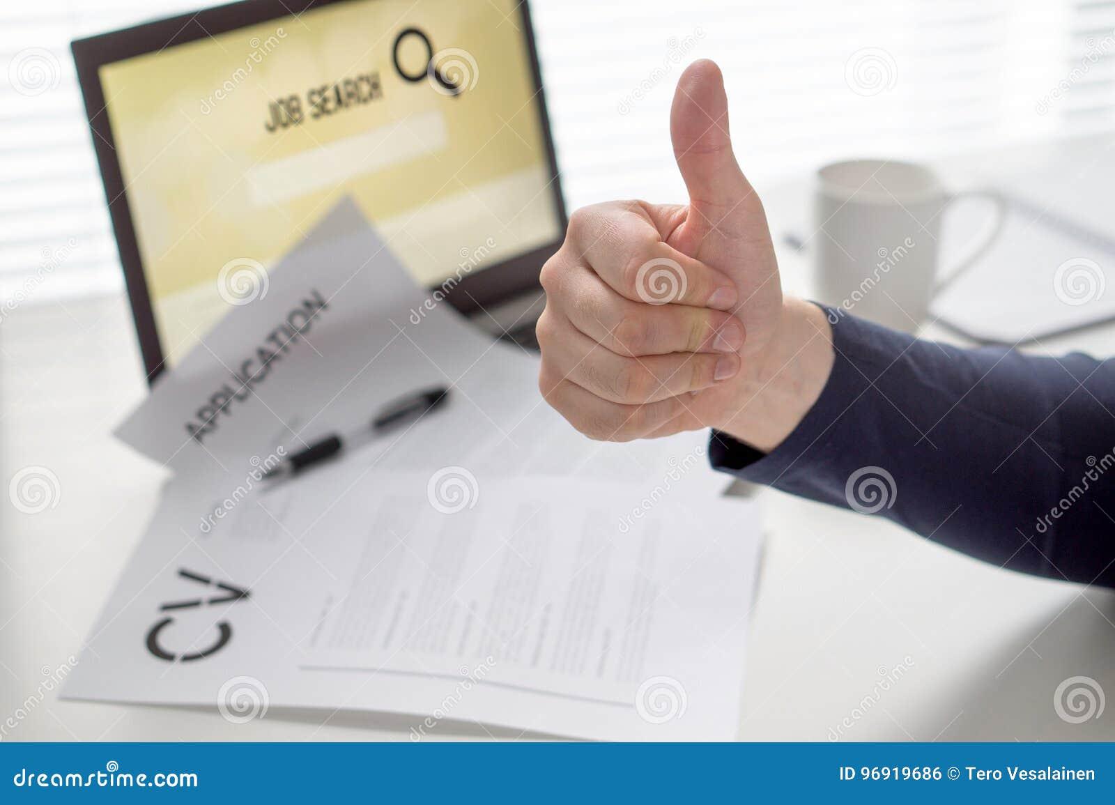 Duimen omhoog voor baanonderzoek Kandidaat met positieve houding Gelukkige werkzoekende Vrolijke mens tevreden met het vinden van