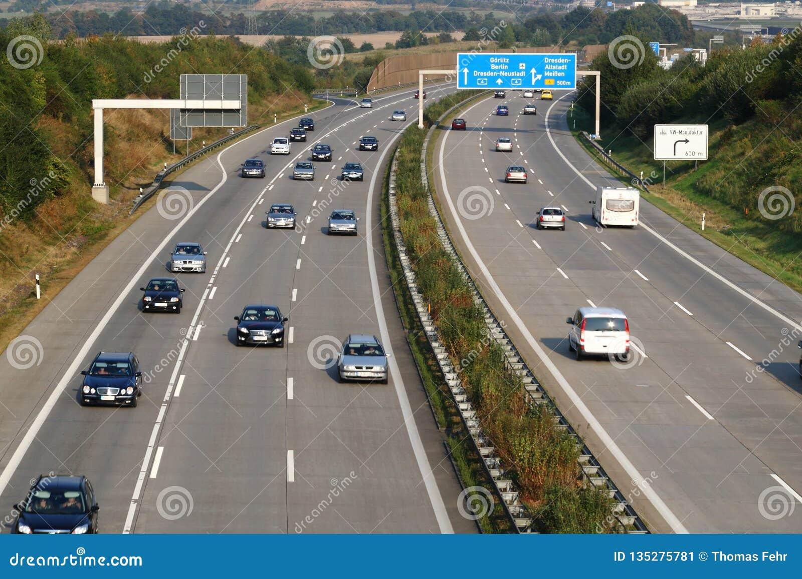 Duitse autobahn met uitgang aan Dresden