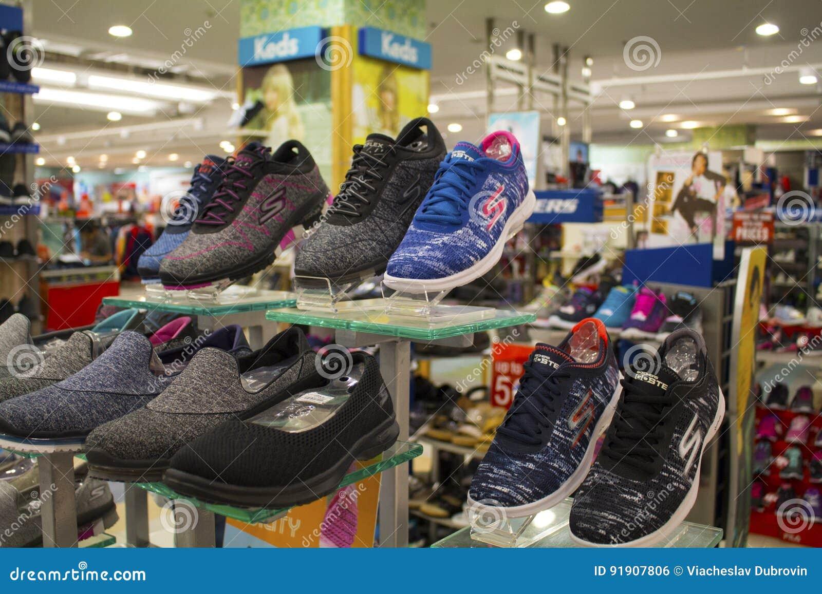 d5e26600d1a ... Υπαίθρια επίδειξη παπουτσιών στη σύγχρονη λεωφόρο αγορών Αστικά  παπούτσια για τα άτομα στη στάση Πολυκατάστημα με την ένδυση ατόμων ` s  Περιστασιακή ...