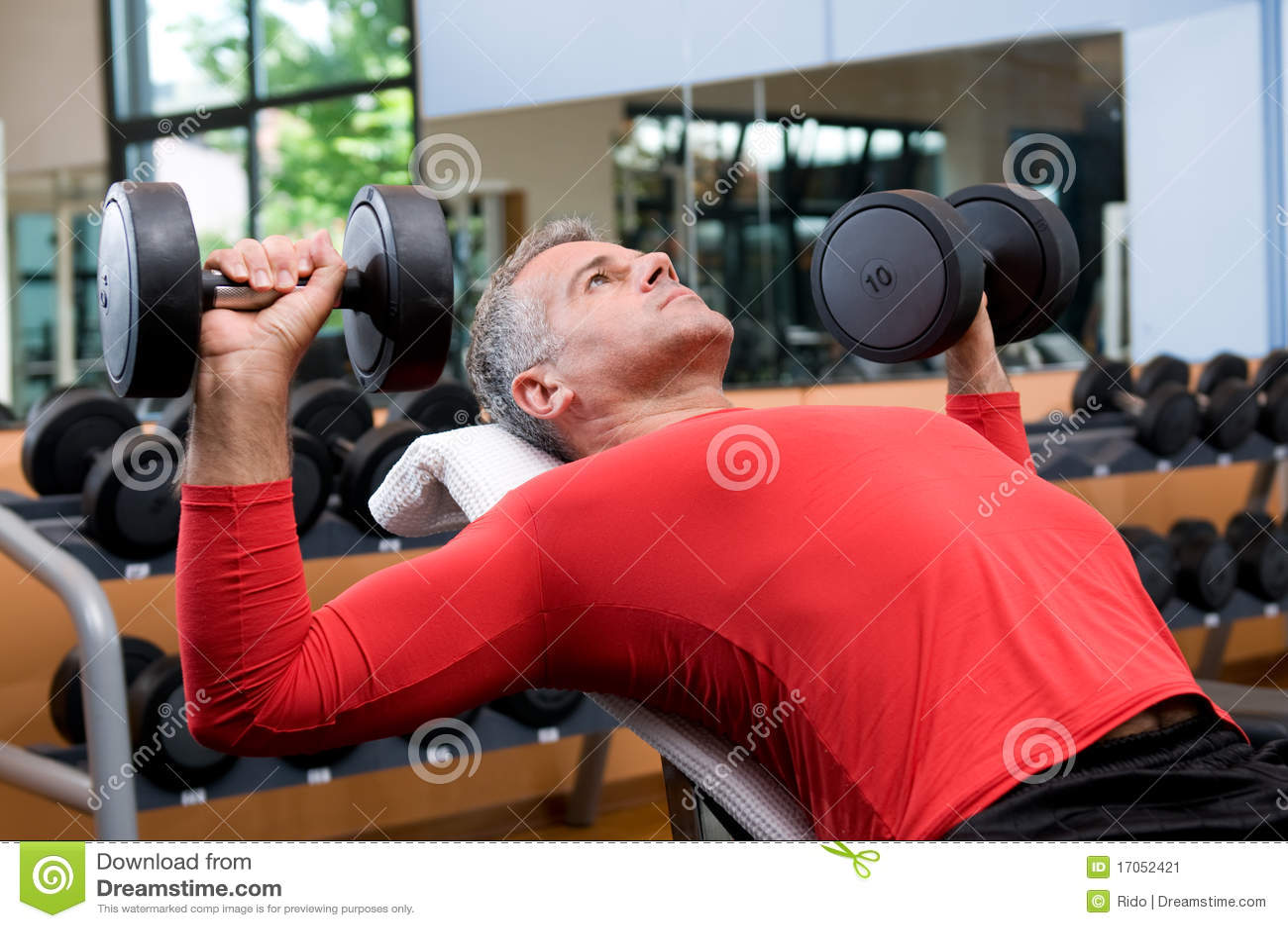 Dumbells ασκώντας τη γυμναστική
