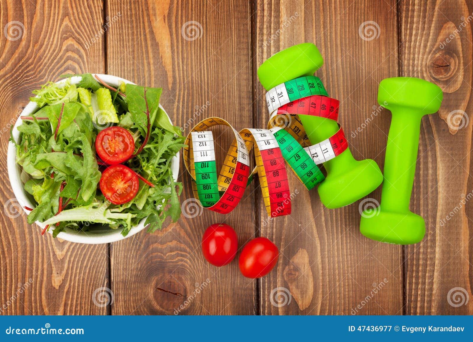 Dumbells, fita métrica e alimento saudável Aptidão e saúde