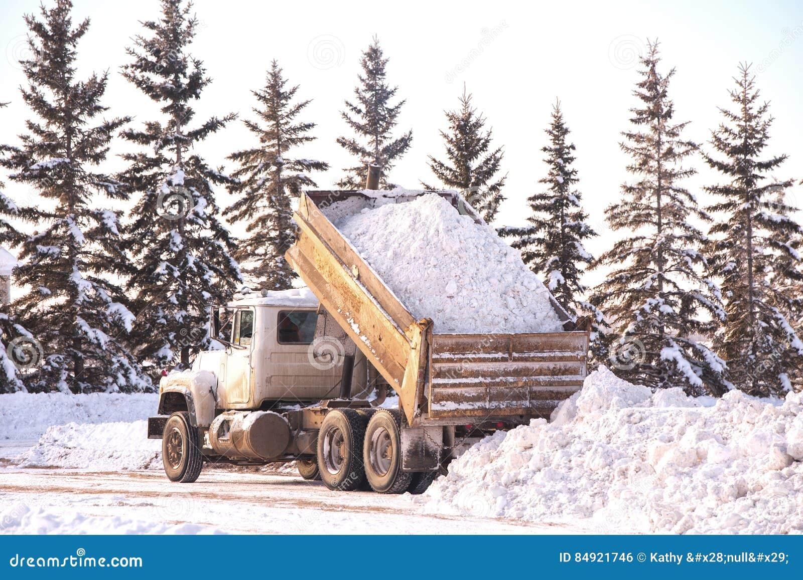 dumping-del-carico-di-neve-84921746.jpg