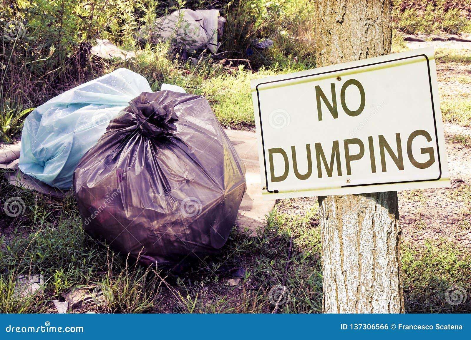 Dumping illégal dans la nature sans vider le signe indiquant dans la campagne - image de concept