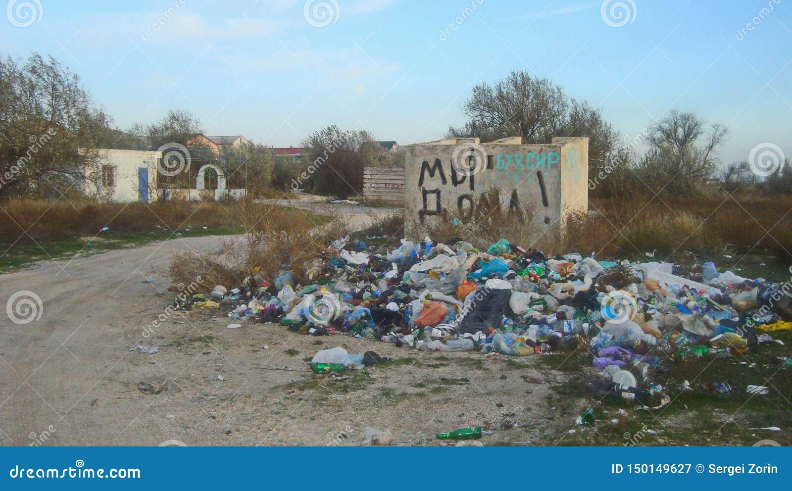 Dumping spontaneo dell immondizia della famiglia vicino alle case residenziali