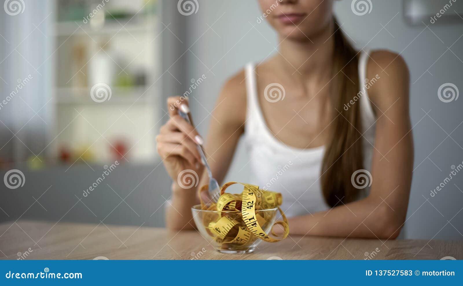 Dun meisje die metend band, concept calorie het tellen, body mass index eten