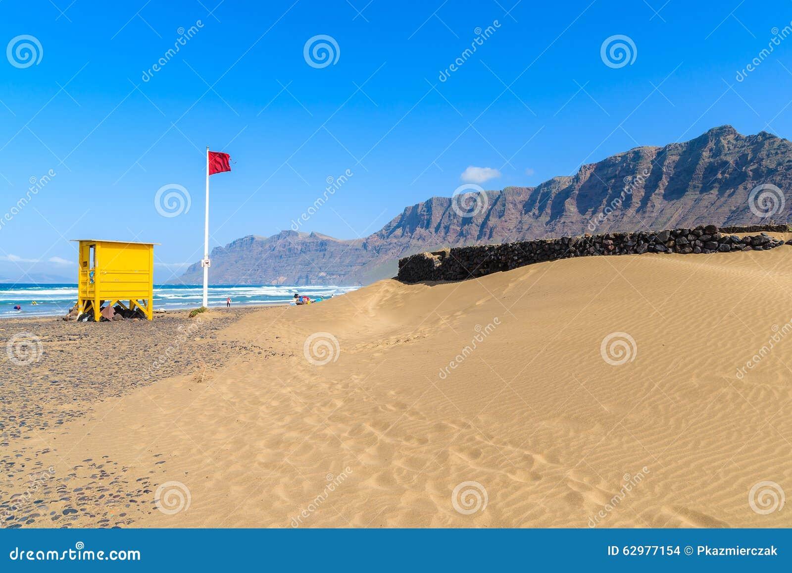 Areia E Cabine Amarela Da Salva vidas Foto de Stock Imagem: 62977154 #0276C9 1300 957