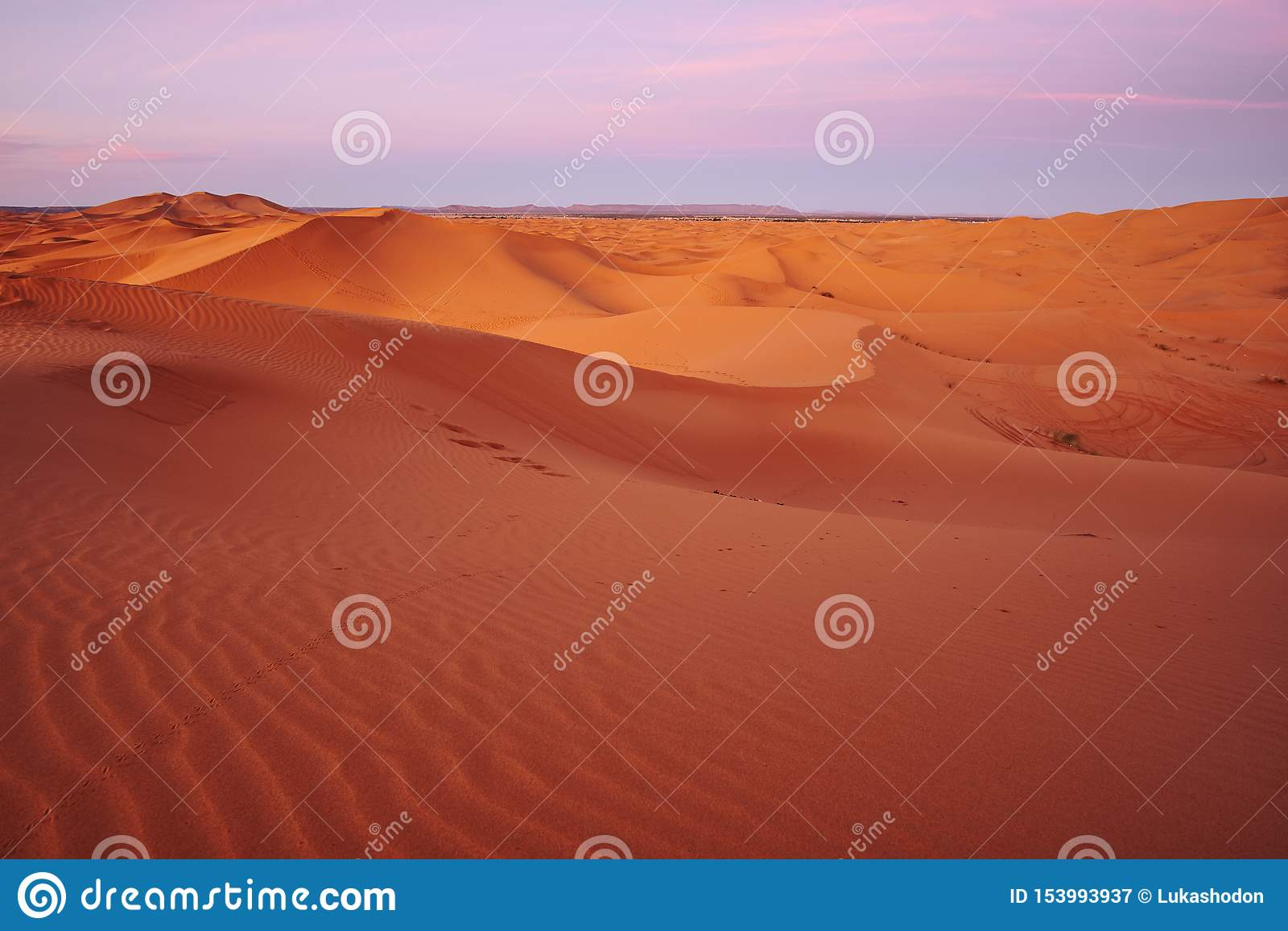 Dunas de arena del desierto del Sáhara en la salida del sol