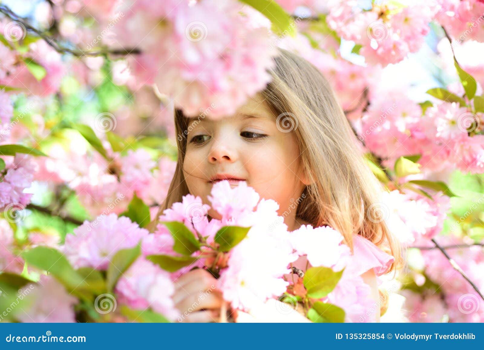 Dundersuccé Vår framsida och skincare för väderprognos allergiblommor till Liten flicka i solig vår litet barn