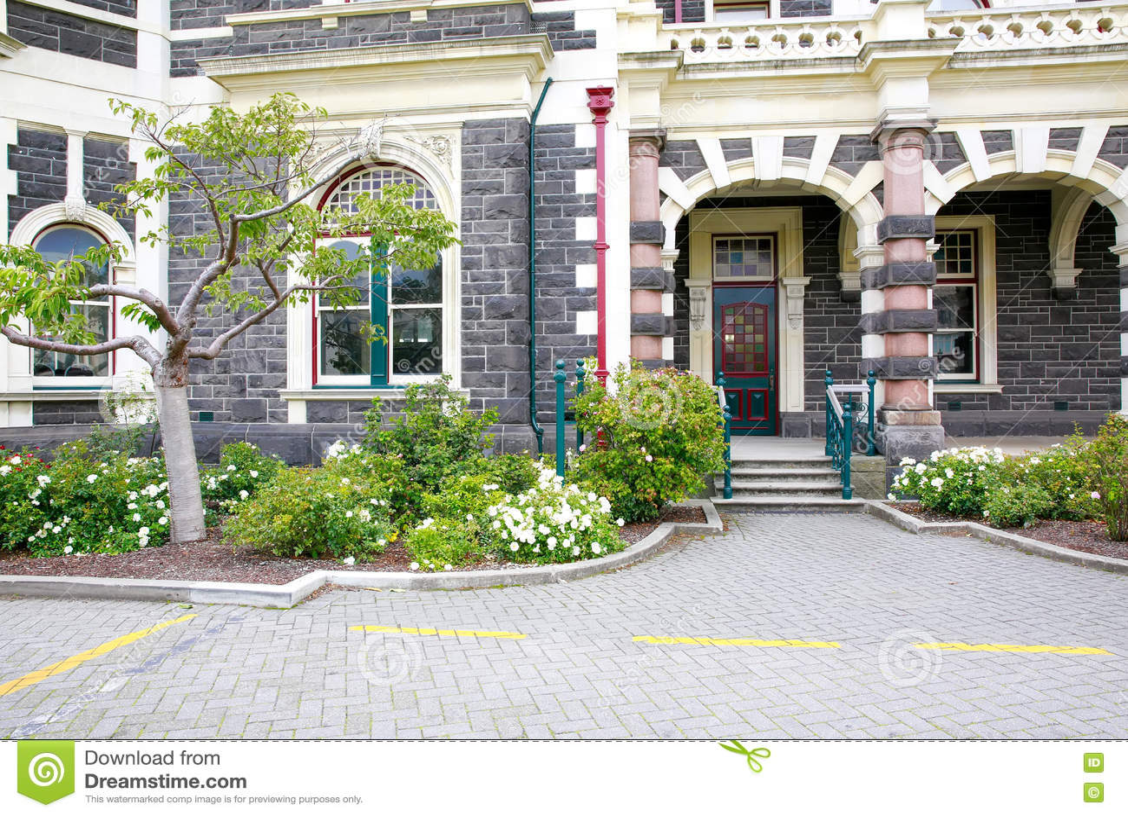 DUNEDIN, NOUVELLE-ZÉLANDE - FEBR 10, 2015 : entrée de gare ferroviaire de Dunedin