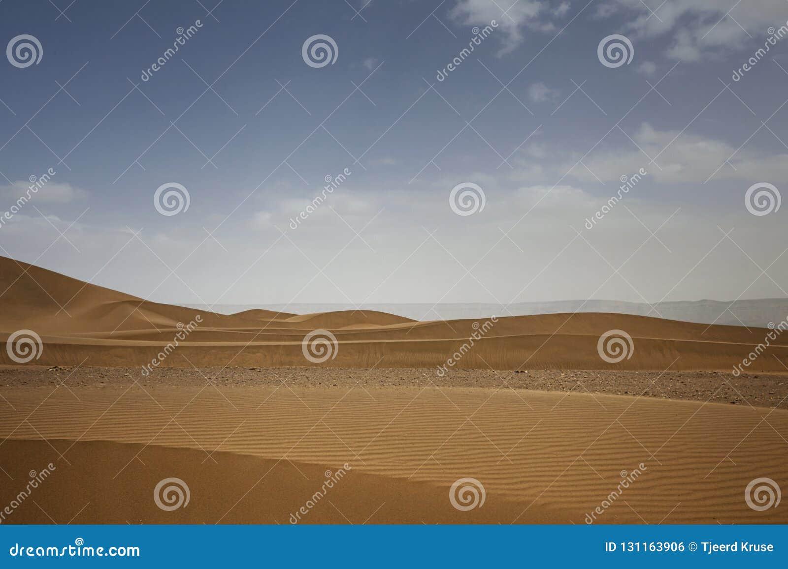 Dunes énormes du désert Croissance des déserts sur terre