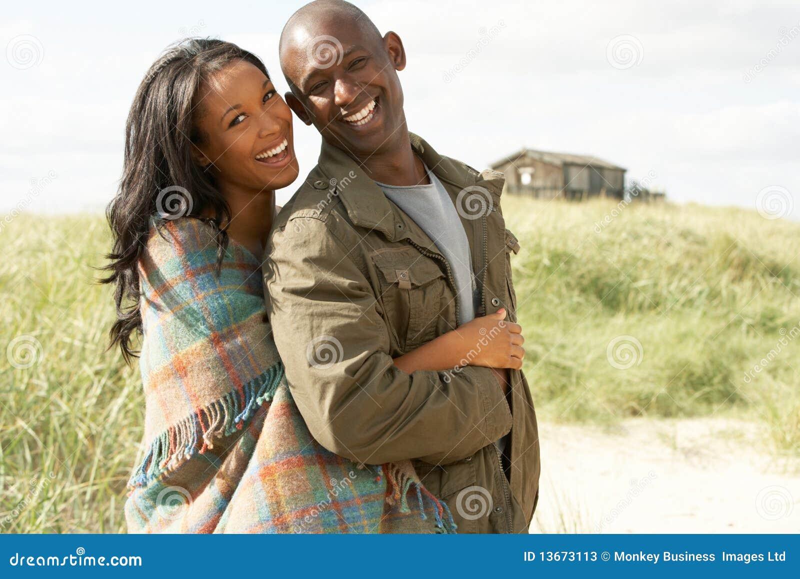 Dunes se tenantes prêt de jeunes couples romantiques