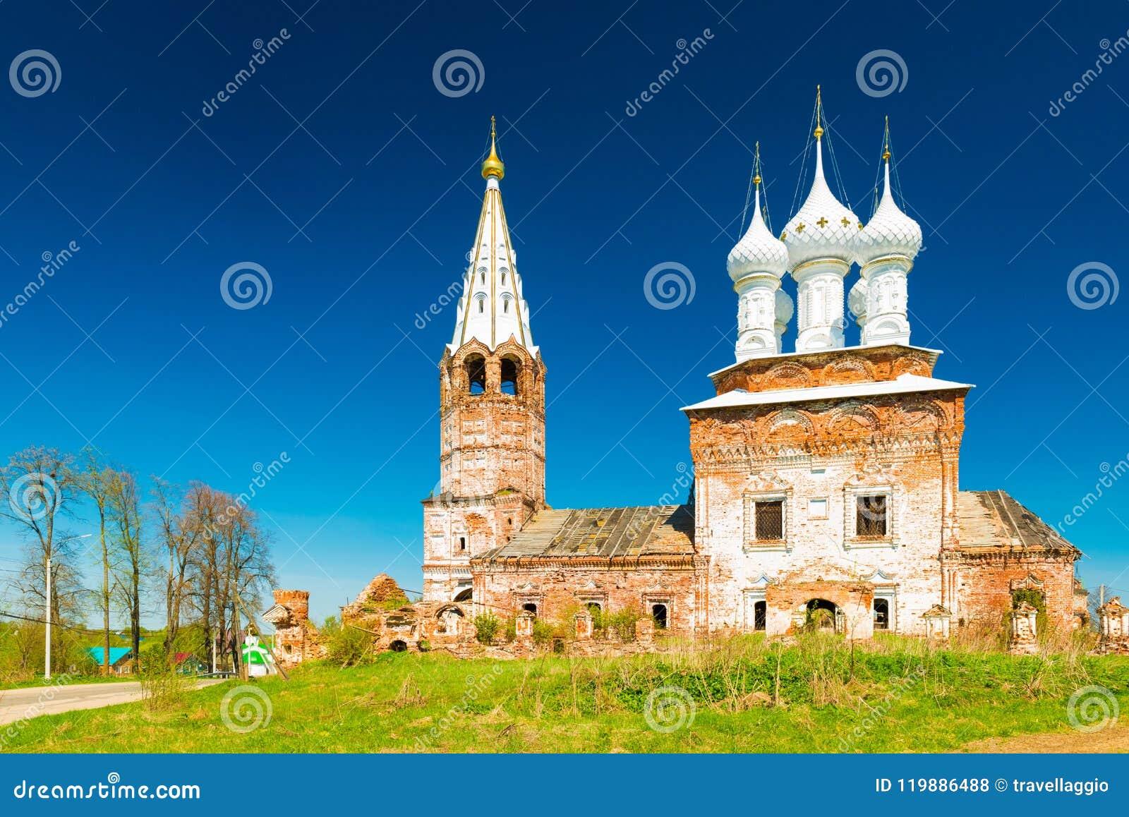 Dunilovo, Россия: Взгляд церков святой девственницы, во время реновации