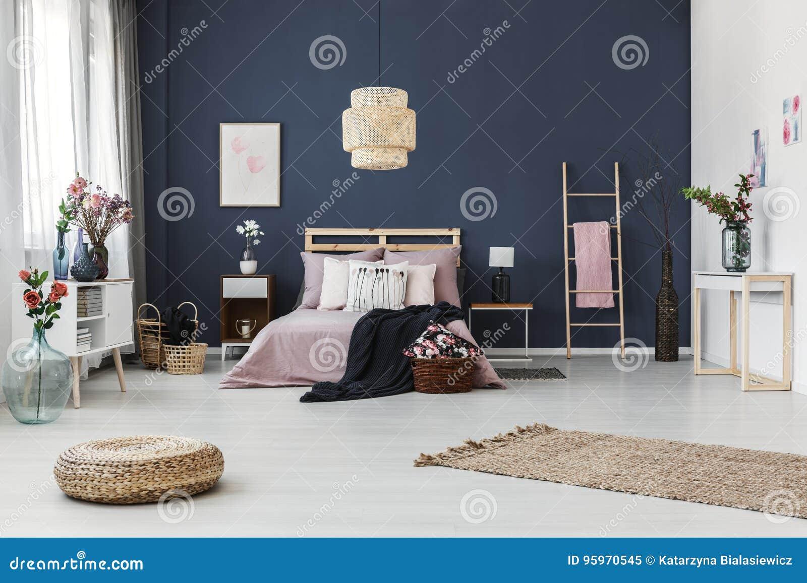 Dunkelblaue Wand Im Schlafzimmer Stockbild - Bild von ...