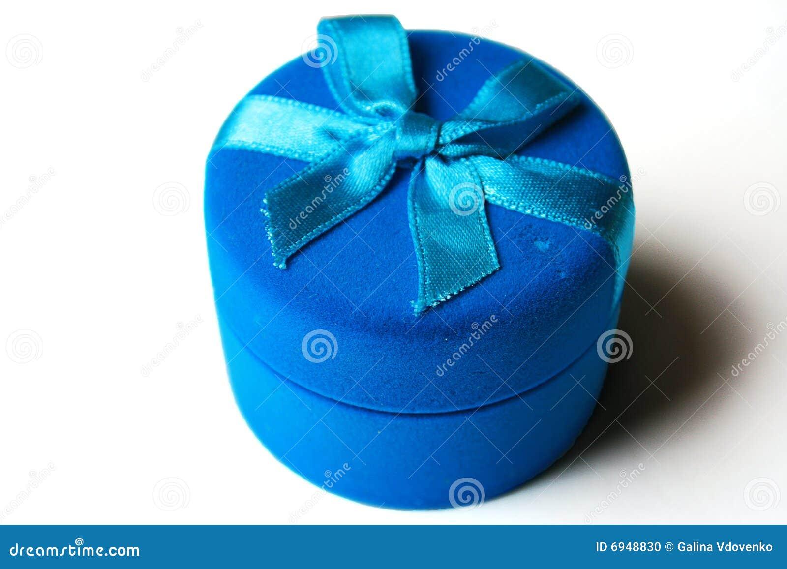 Dunkelblauer Kasten von einem Samt mit einem blauen Band