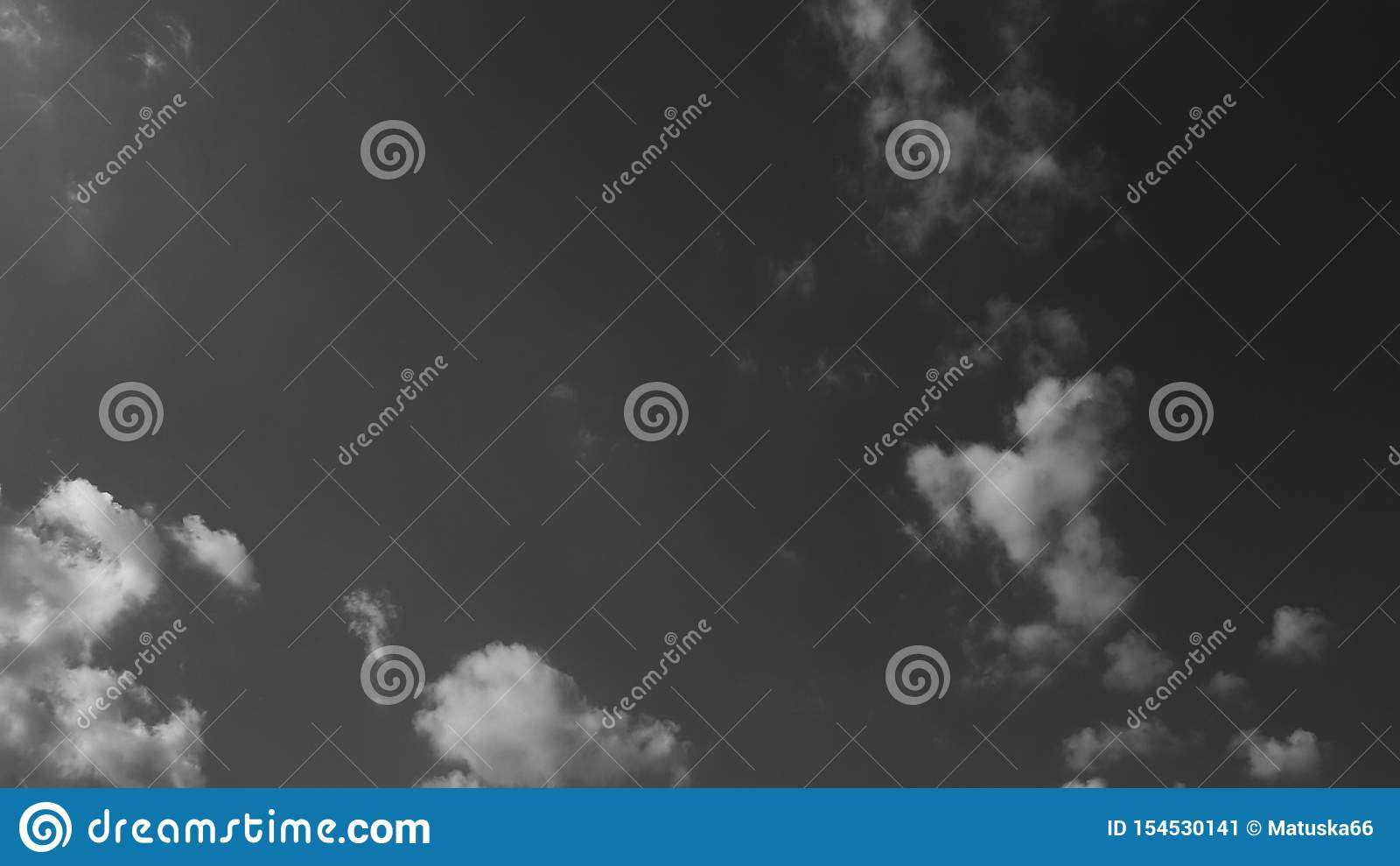 Dunkelgraues drastisches Himmel whith bewölkt Sommer cloudscape natürlichen Hintergrund keine leere leere Schablone der Leute