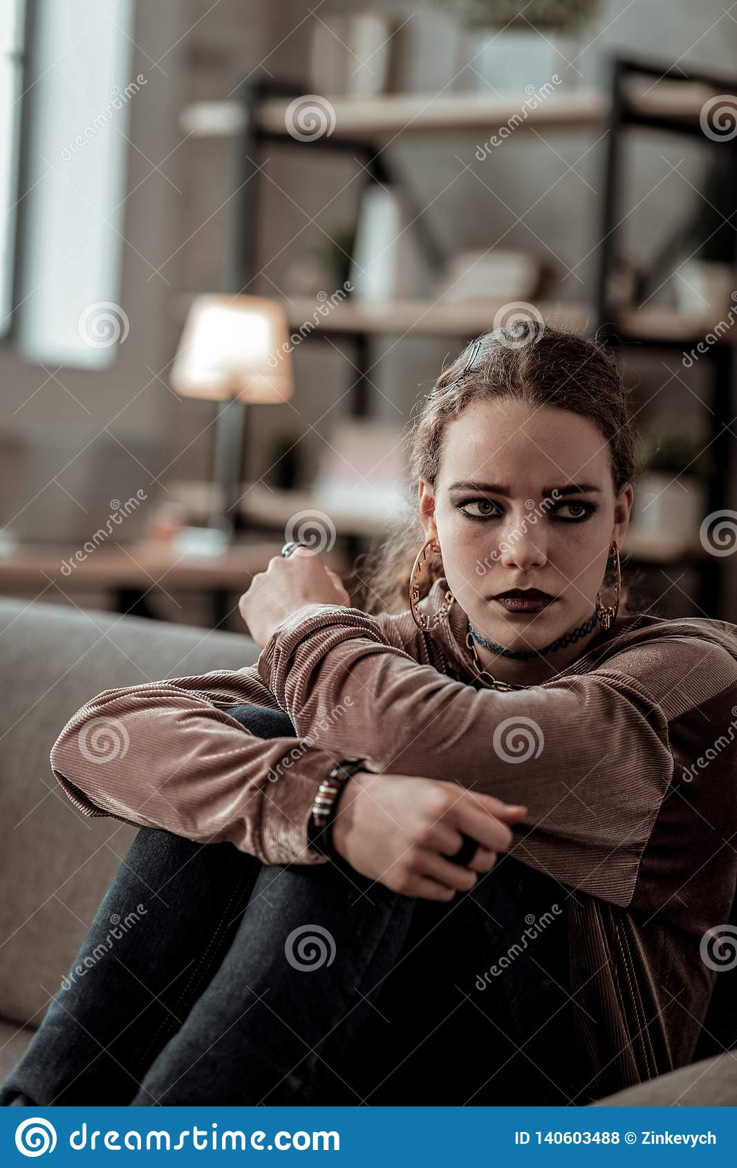 Dunkelhaariges Jugendlichgefühl einsam und In Tränen ausbrechen
