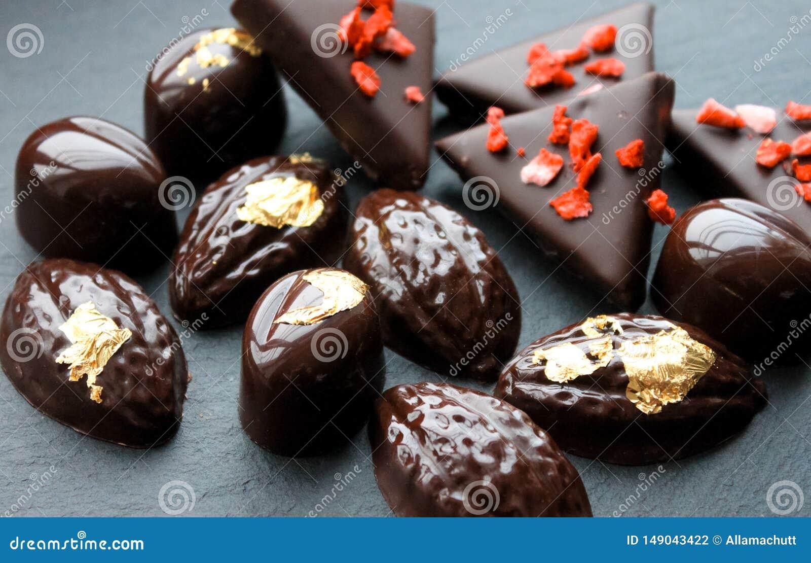 Dunkle Schokoladen-Pralinen
