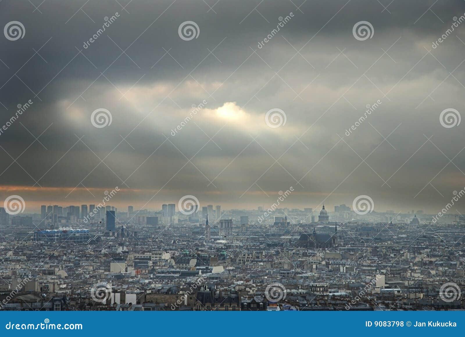 Dunkle Wolken über Paris