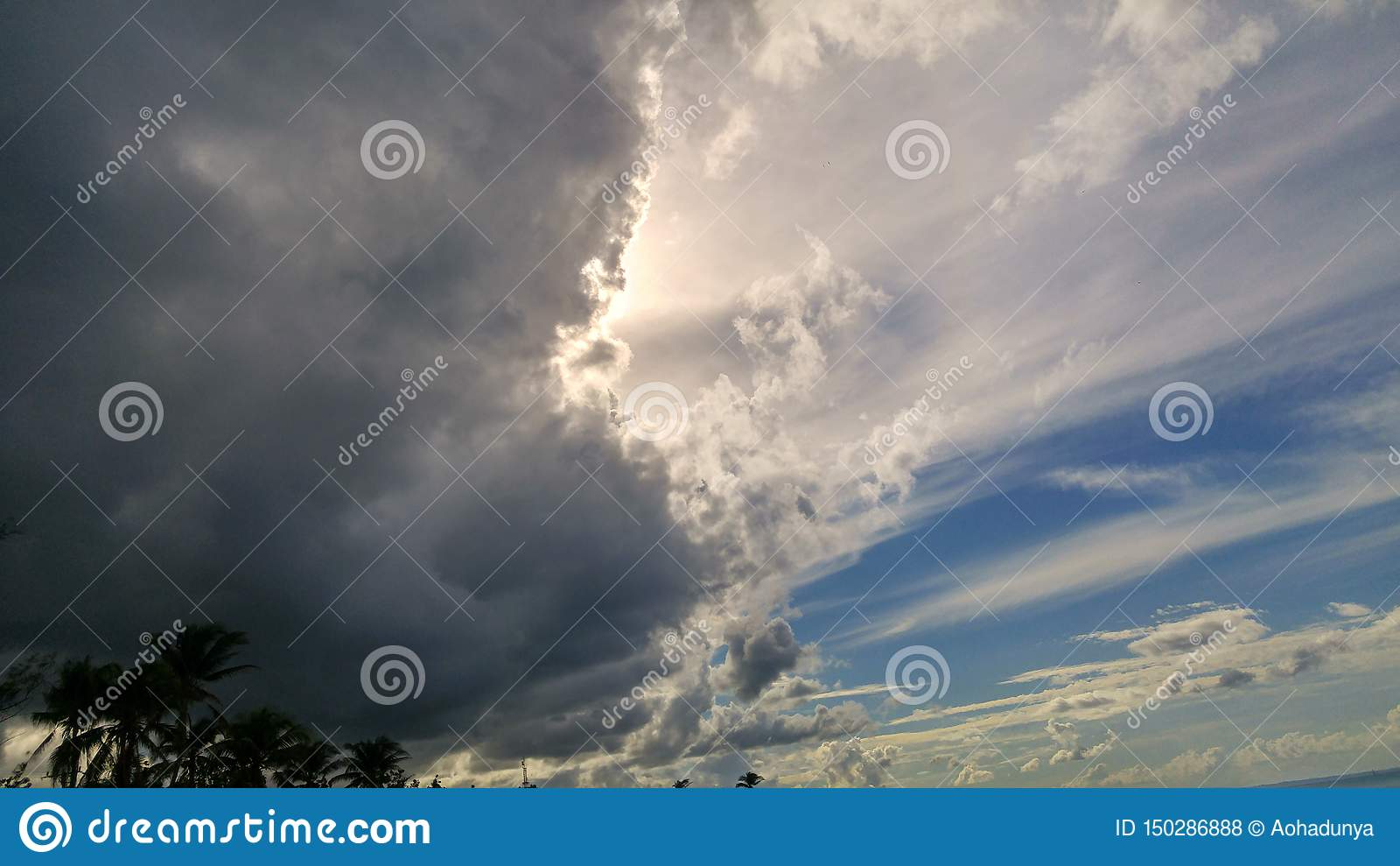 Dunkle Wolken auf karibischem Himmel