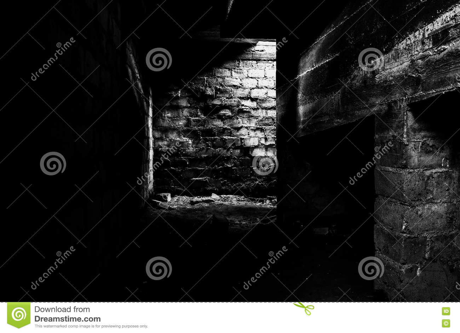 dunkler keller stockfoto bild von w nde leben unbekannt 77358604. Black Bedroom Furniture Sets. Home Design Ideas
