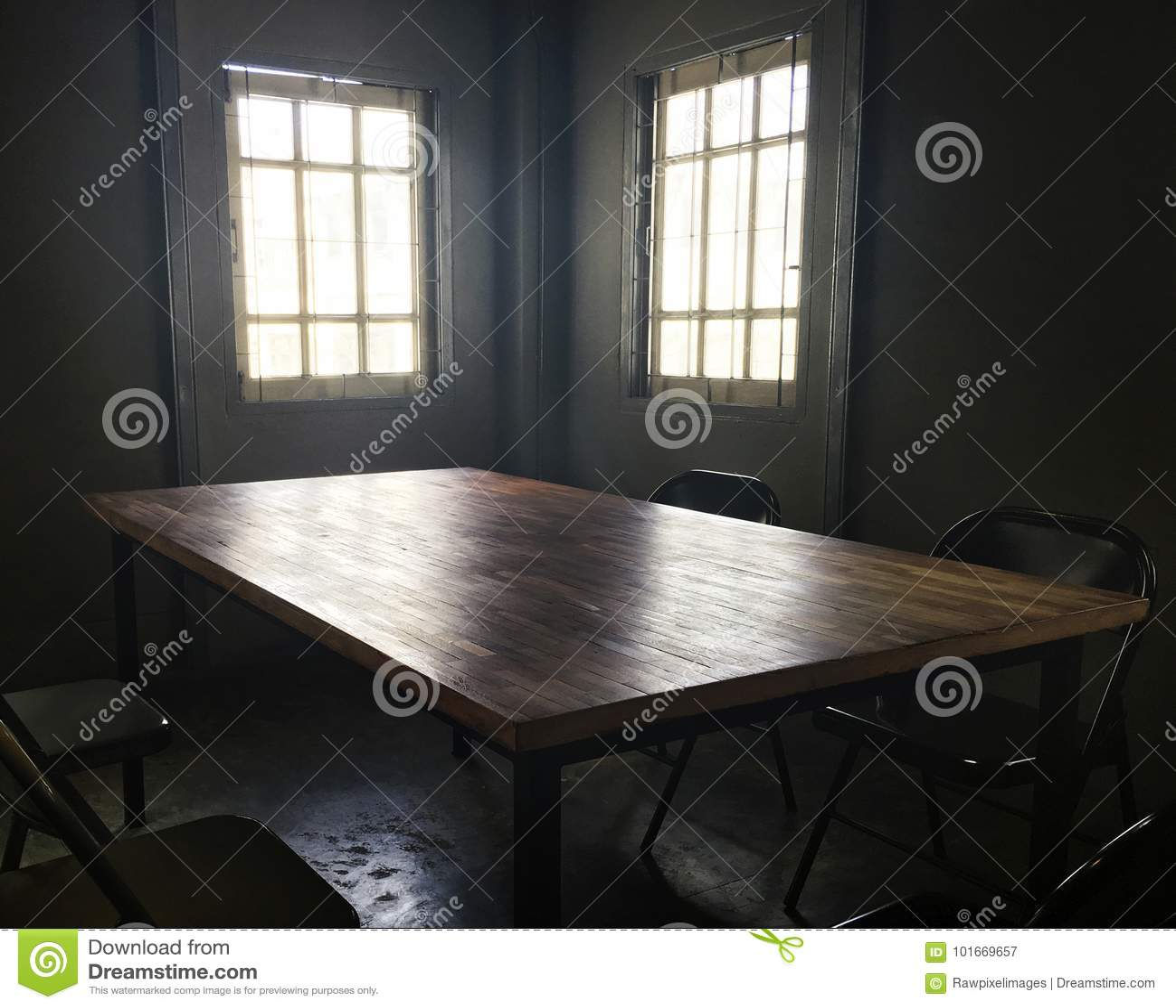 Dunkler Kleiner Raum Mit Tabelle Und Stuhl Stockbild Bild Von