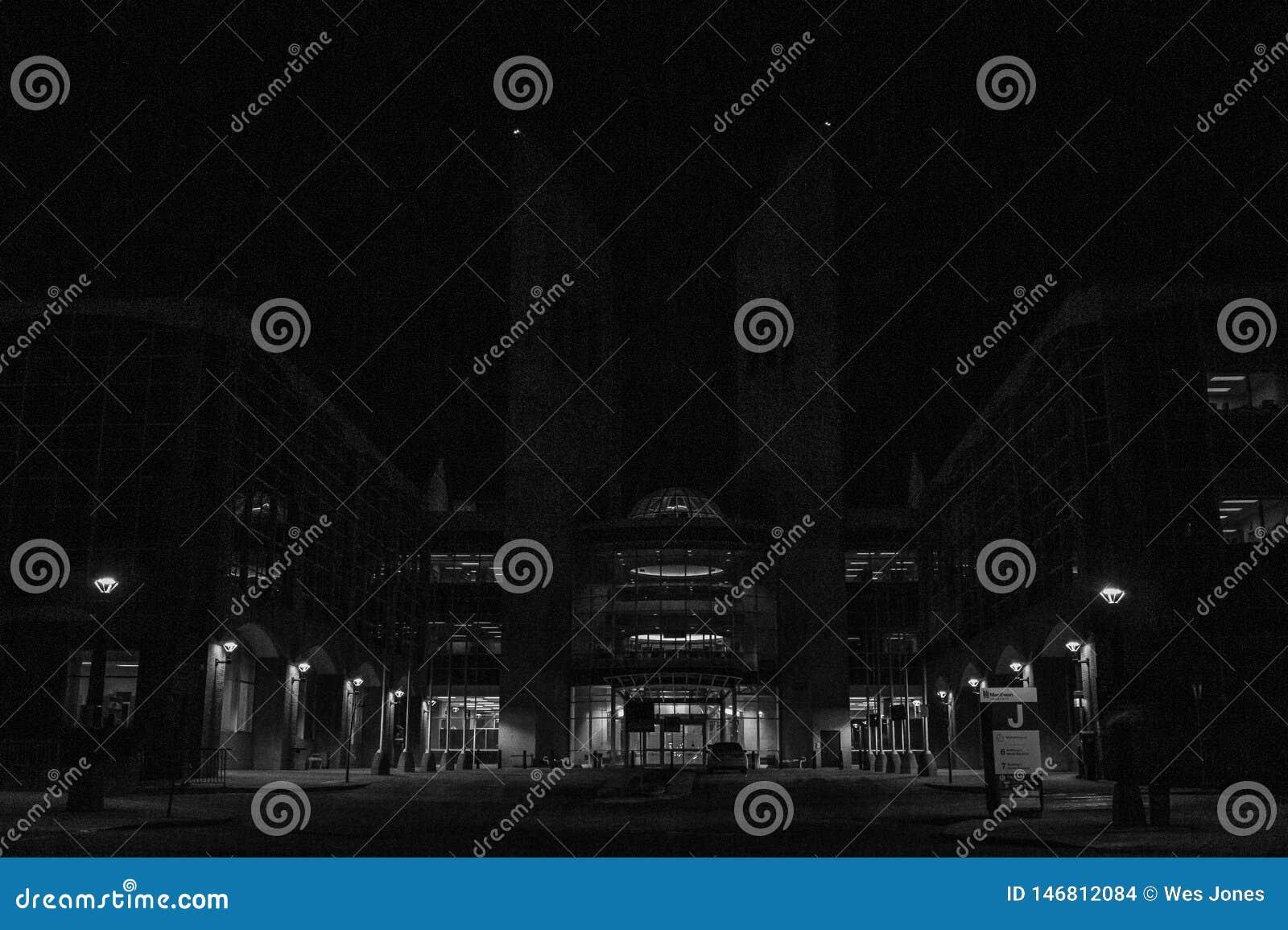Dunkler Kontrast von Lichtern auf allgemeiner Aula
