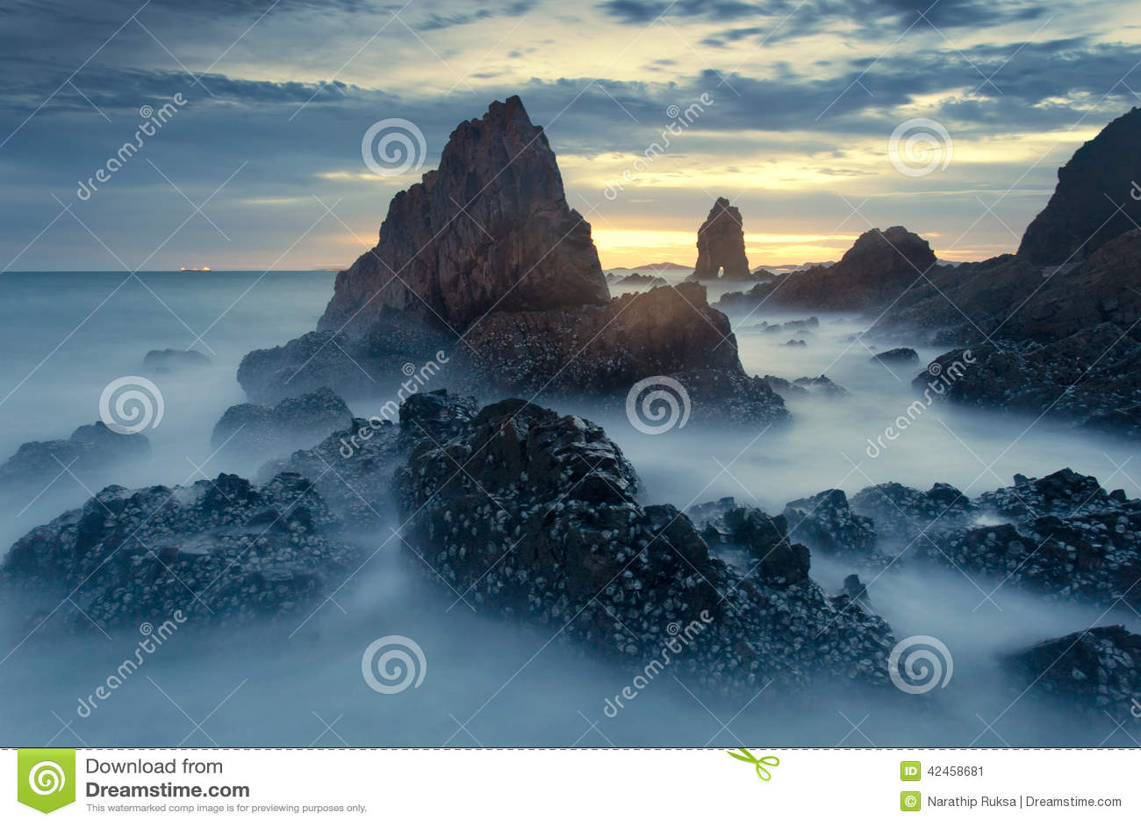 Dunkler Stein mit schönem Sonnenuntergang