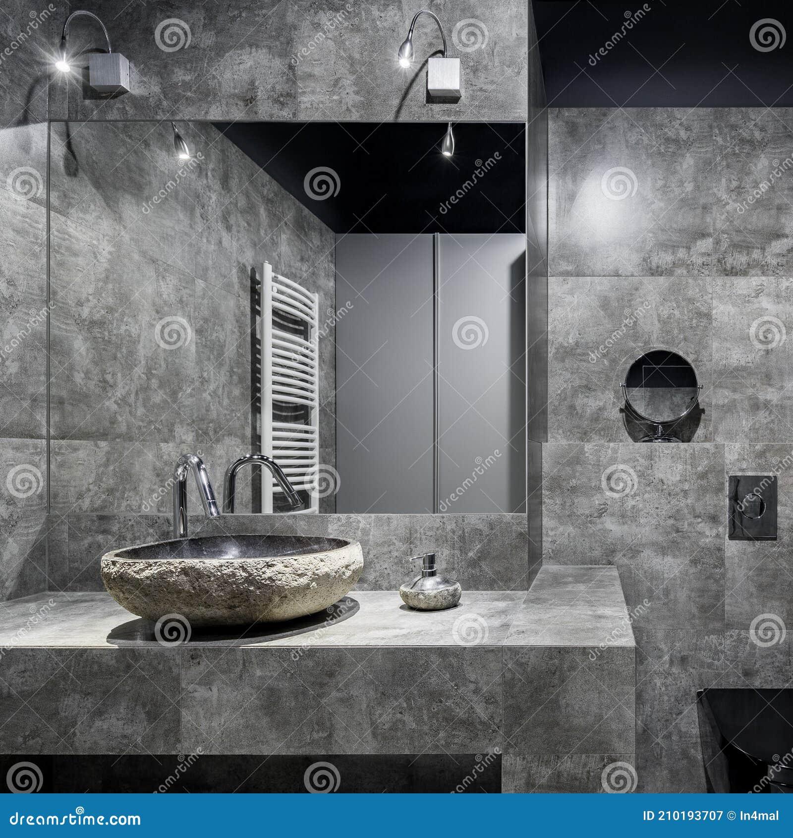 Dunkles Badezimmer Mit Grauen Wandfliesen Stockbild   Bild von ...