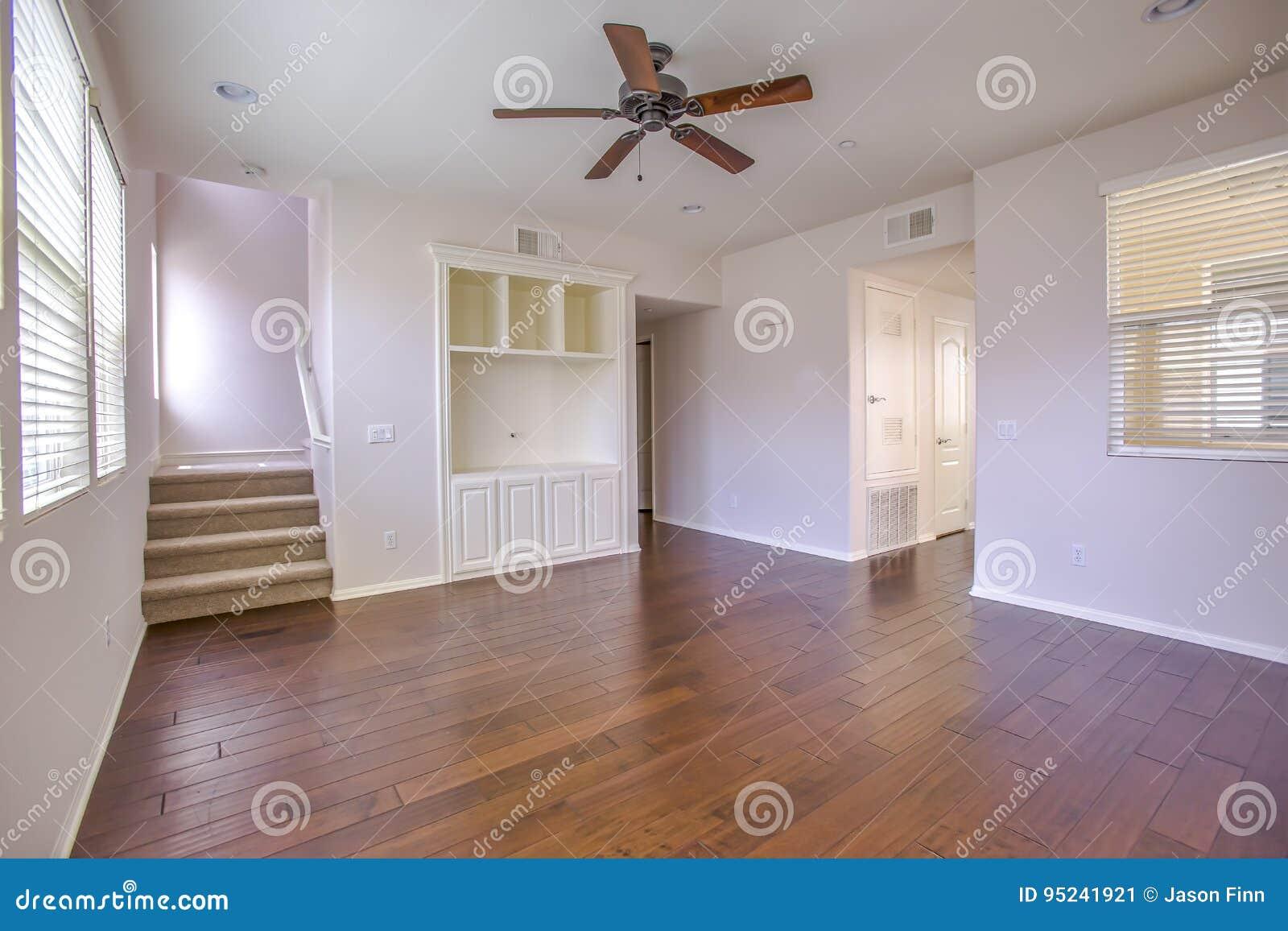 Download Dunkles Holz Mit Treppe Und Deckenlüfter Im Wohnzimmer Stockbild    Bild Von Wohnung, Kalifornien