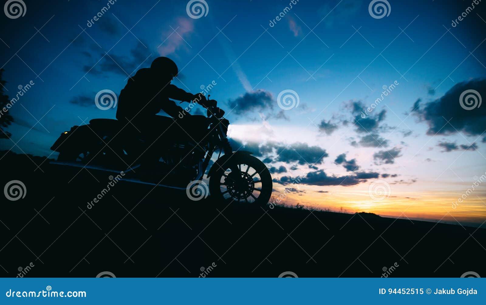 Dunkles Motorrad der motorbiker Schattenbildreithohen leistung