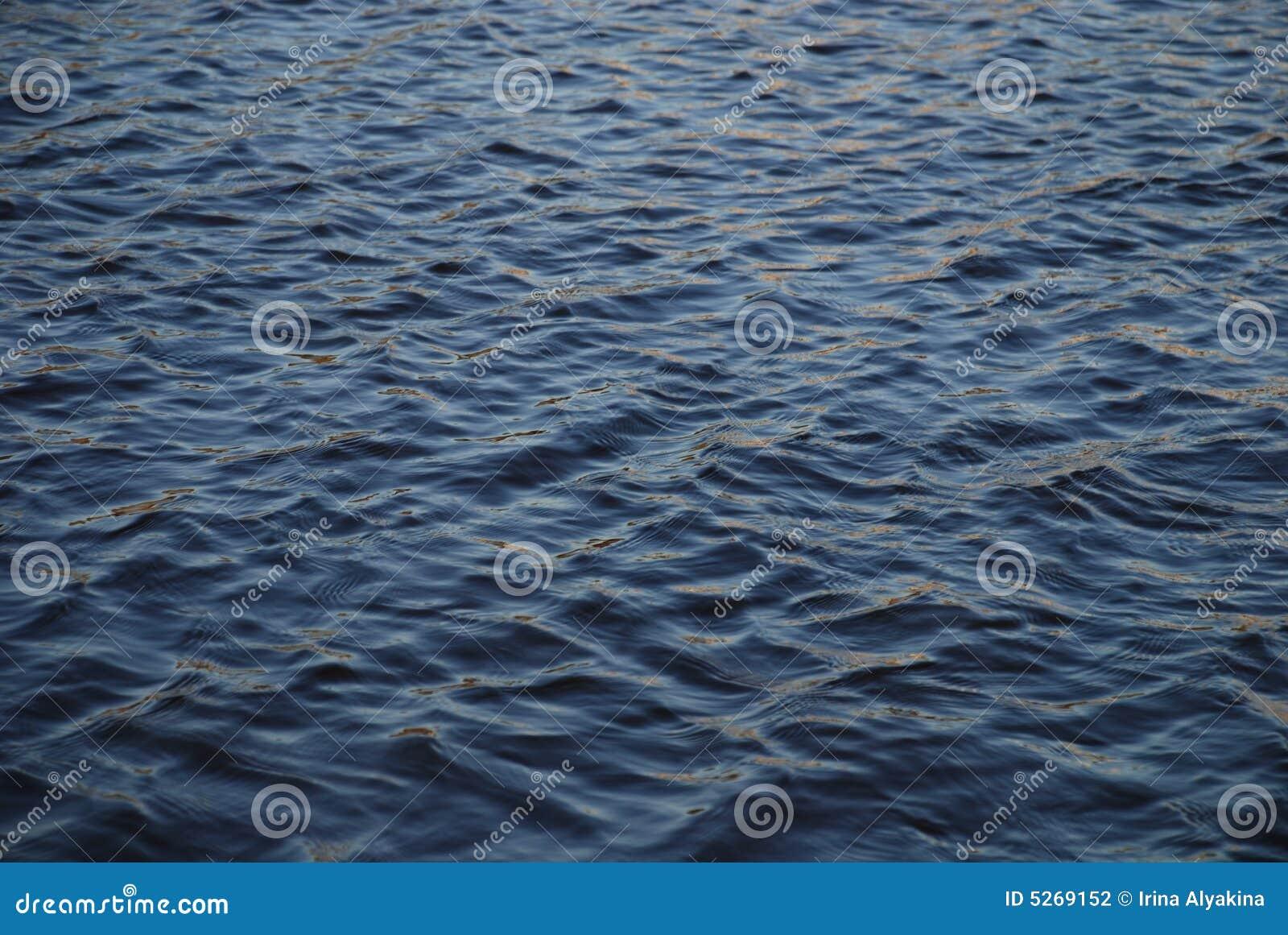 Dunkles Wasser
