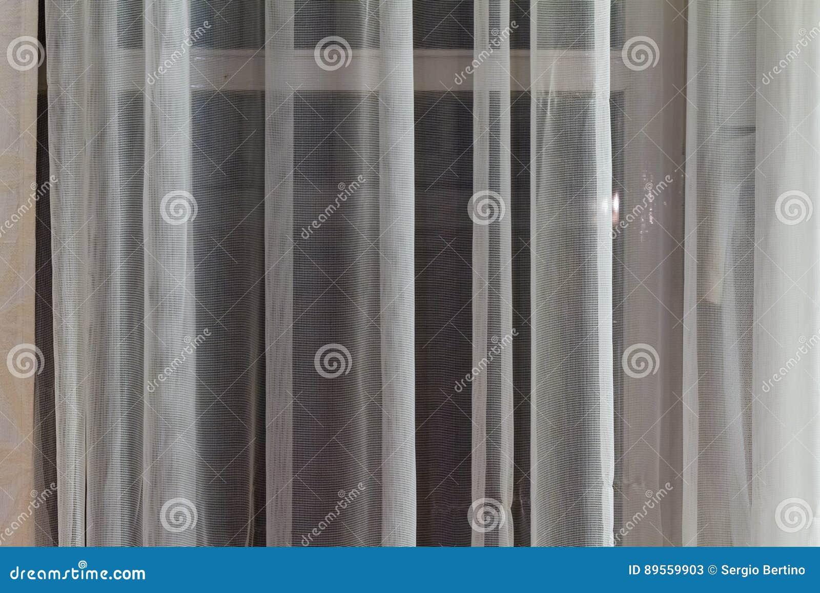 https://thumbs.dreamstime.com/z/dunne-doorzichtige-gordijnen-die-een-venster-hangen-89559903.jpg