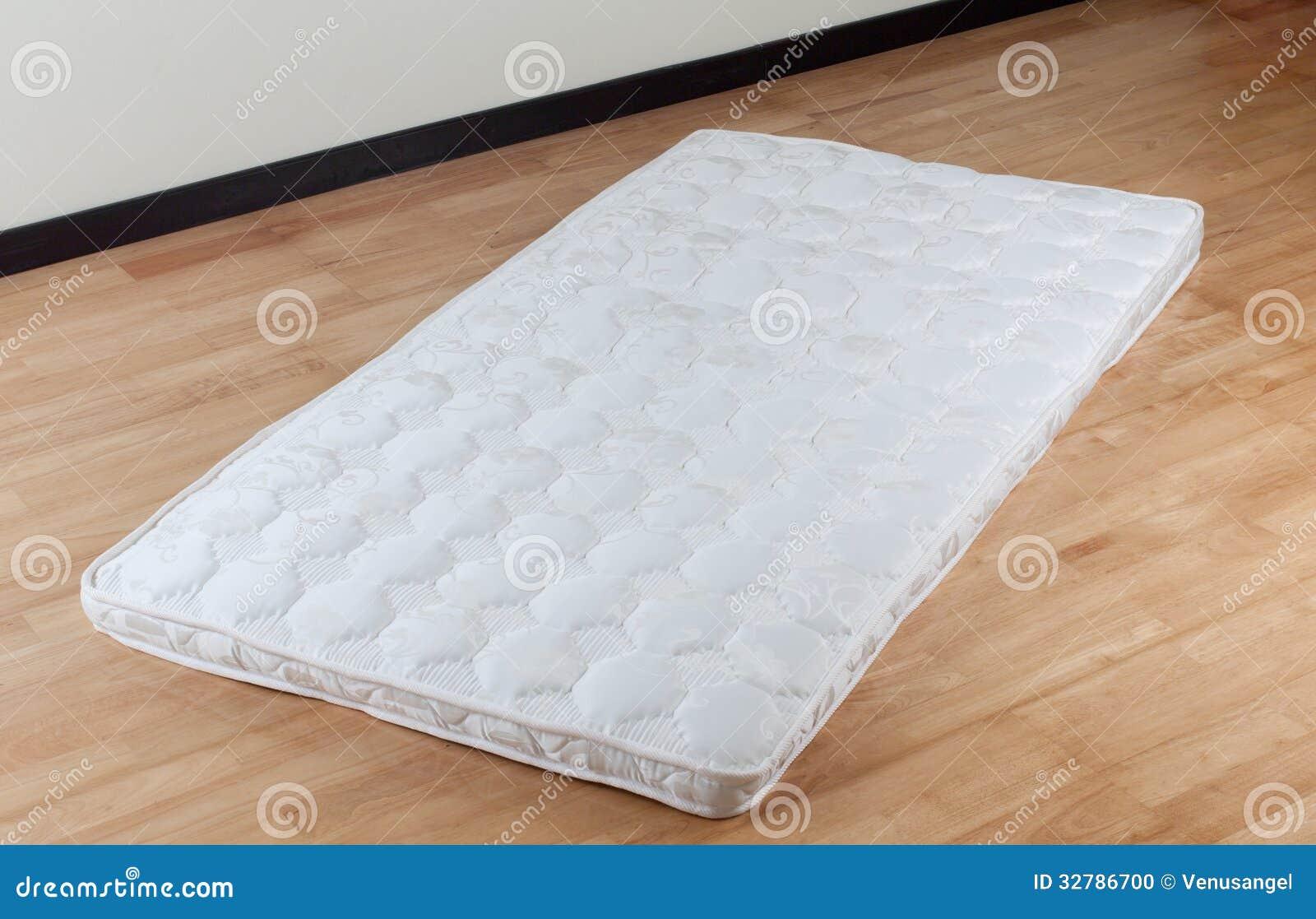 Dunne matras op houten vloer stock foto afbeelding 32786700 - Houten bed ...