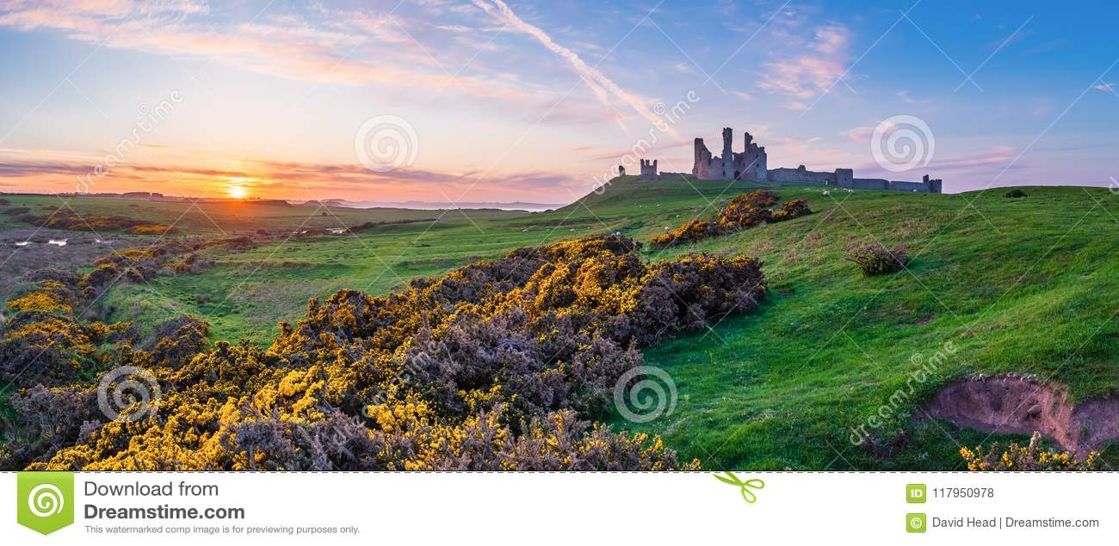 Dunstanburgh kasztelu panorama przy zmierzchem