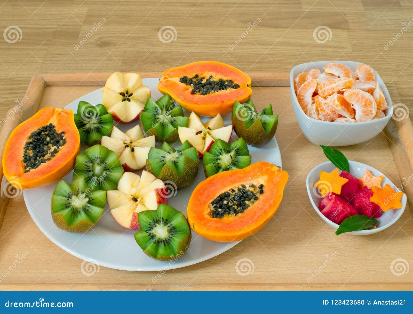 Durée toujours 1 Un plateau avec la papaye, kiwi, pommes Morceaux de mandarines et de pastèque dans des plats