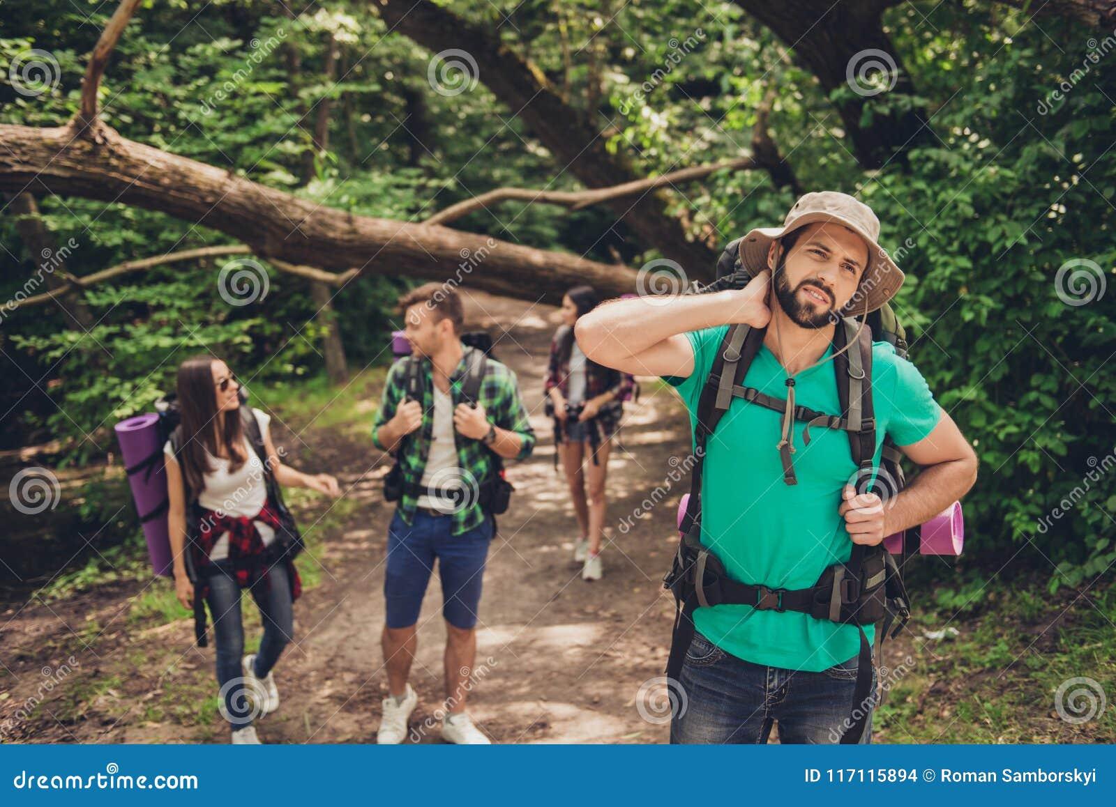 Duramente, expedição difícil, cansando-se e de exaustão de quatro amigos na floresta selvagem na fuga O indivíduo é esforço de um