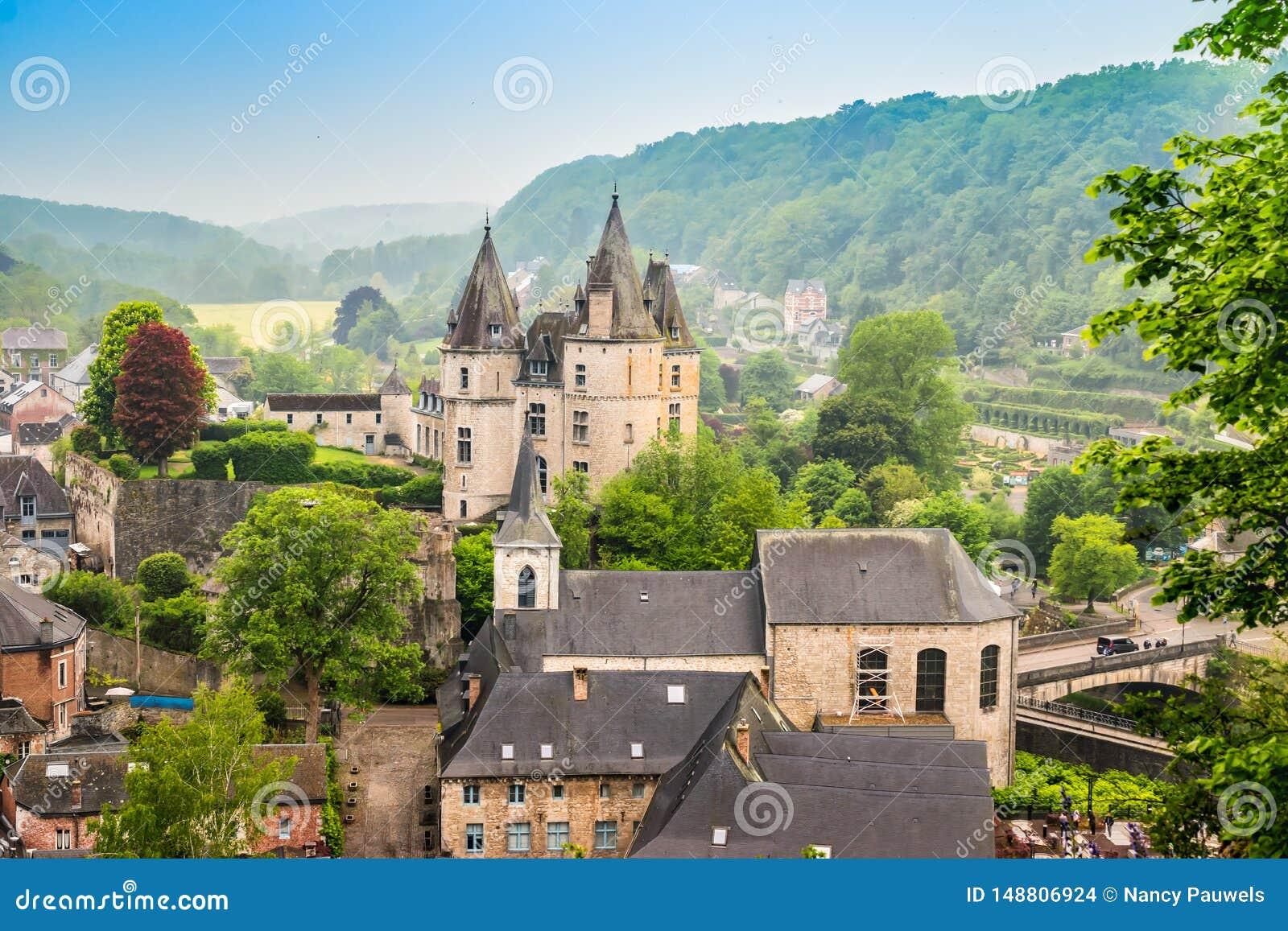 Durbuy, Walloon город в бельгийской провинции Люксембурга Красивый средневековый замок в центре города