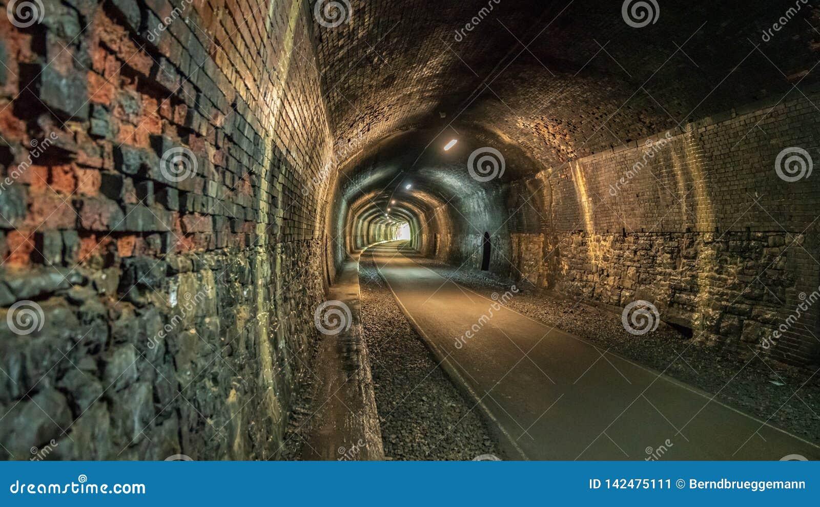 Durch den Grundstein-Tunnel gehen, Derbyshire, England, Großbritannien