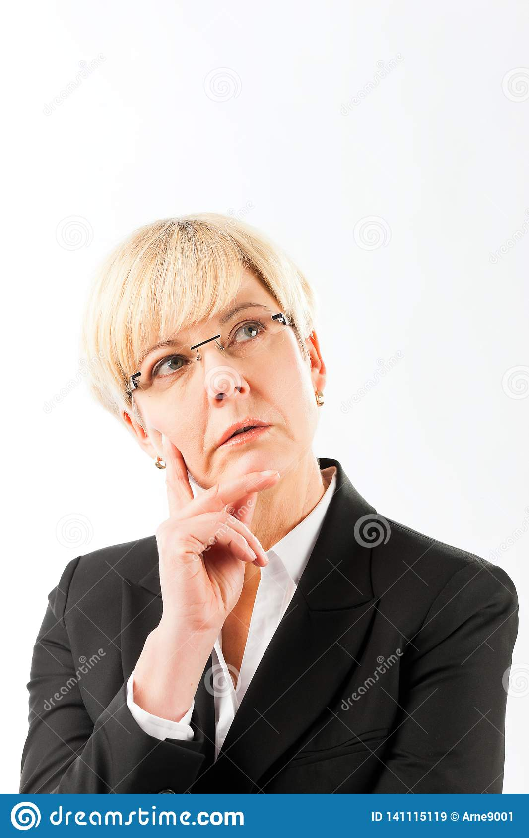 Durchdachte reife Geschäftsfrau