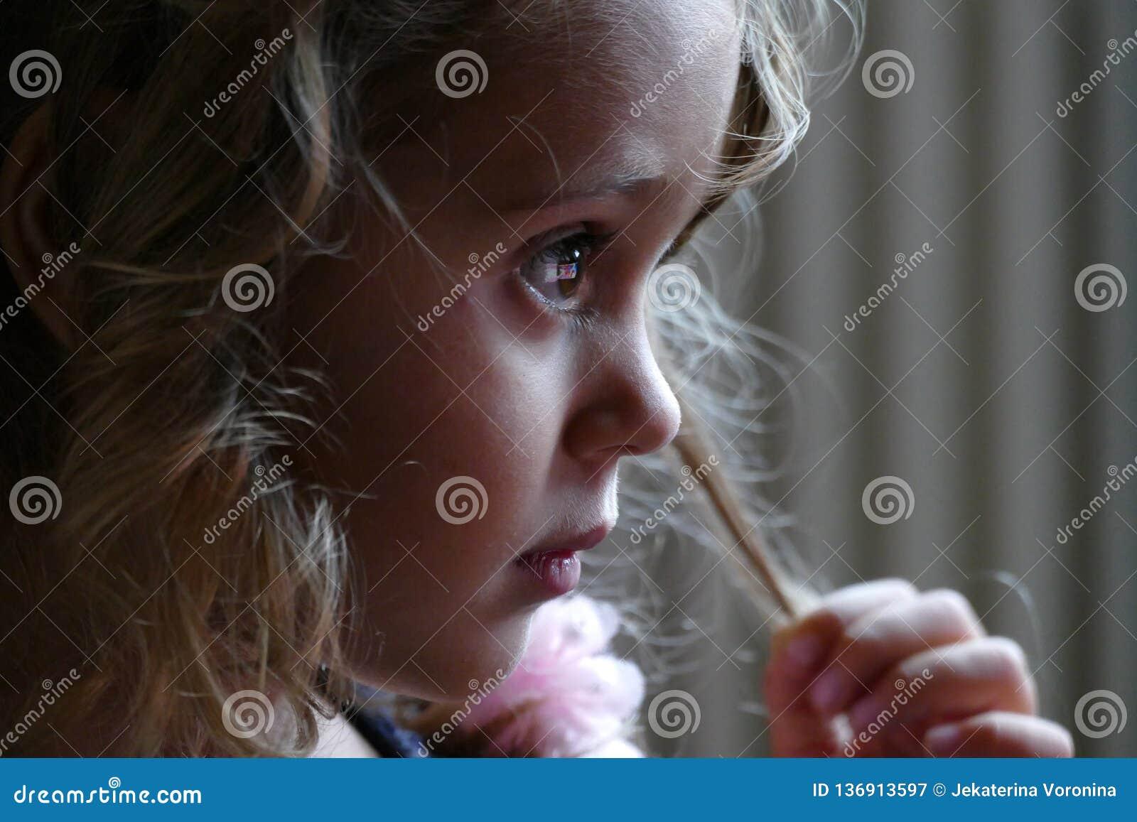 Durchdachter Abschluss oben eines Mädchens mit drei Jährigen