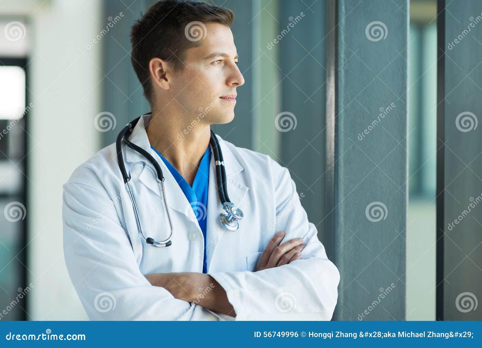Durchdachter junger Arzt