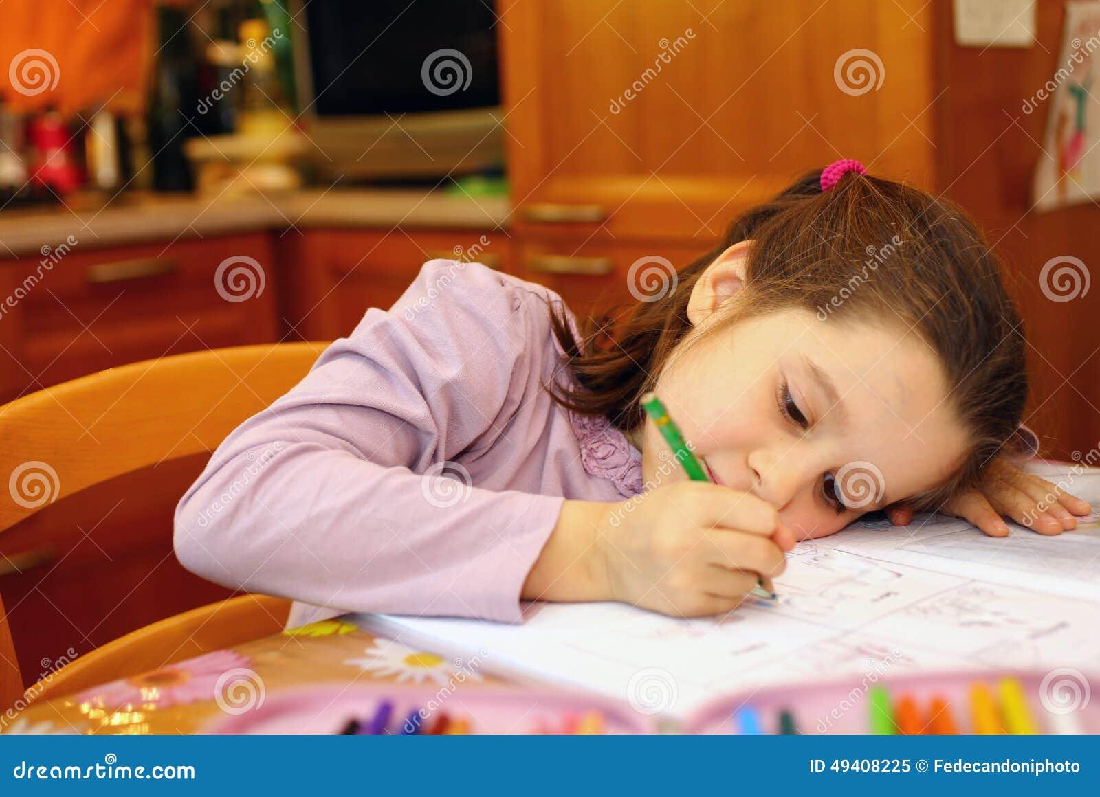 Download Durchdachtes Junges Mädchen Schreibt Stockbild - Bild von aktivität, educations: 49408225
