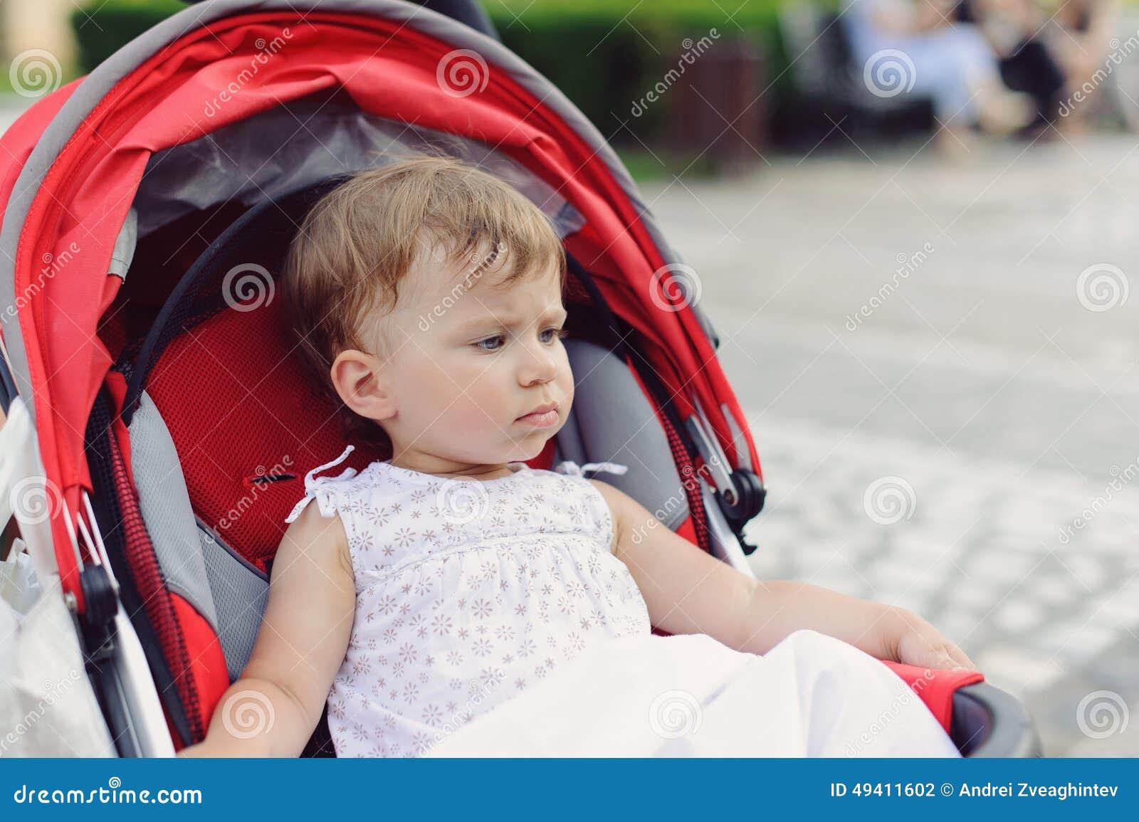 Download Durchdachtes Mädchen stockfoto. Bild von lächeln, hintergrund - 49411602