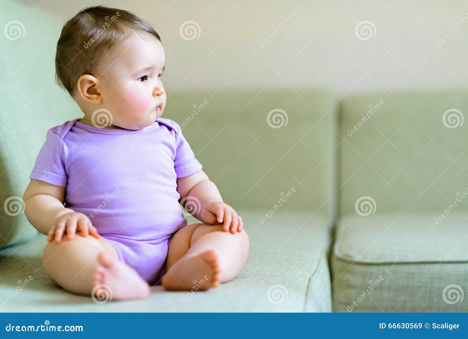 durchdachtes nettes baby das auf der couch sitzt stockbild bild von m dchen obacht 66630569. Black Bedroom Furniture Sets. Home Design Ideas