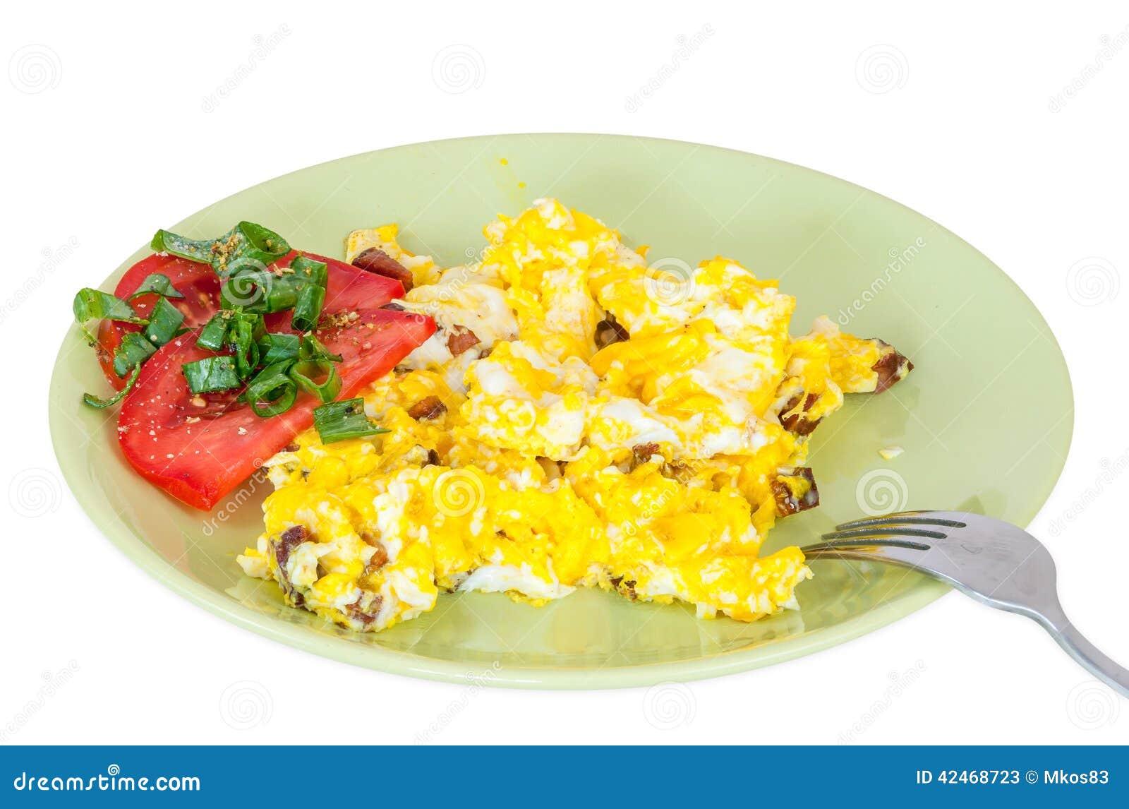 Durcheinandergemischte Eier mit Tomatenscheiben