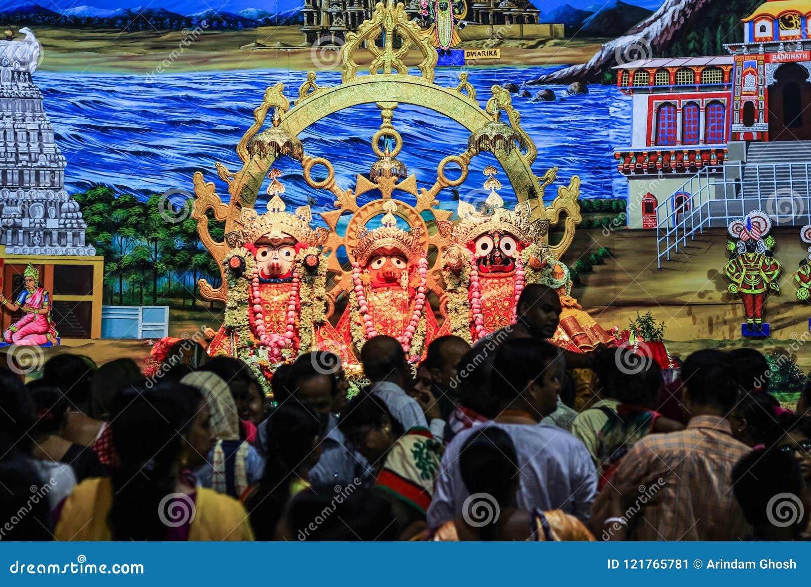 Durgapur, Zachodni Bengalia, India Lipiec 2018 Ucznie i dewotki tłoczy się przed idolami Jagannath Balaram Suvadra przy Rath Ya